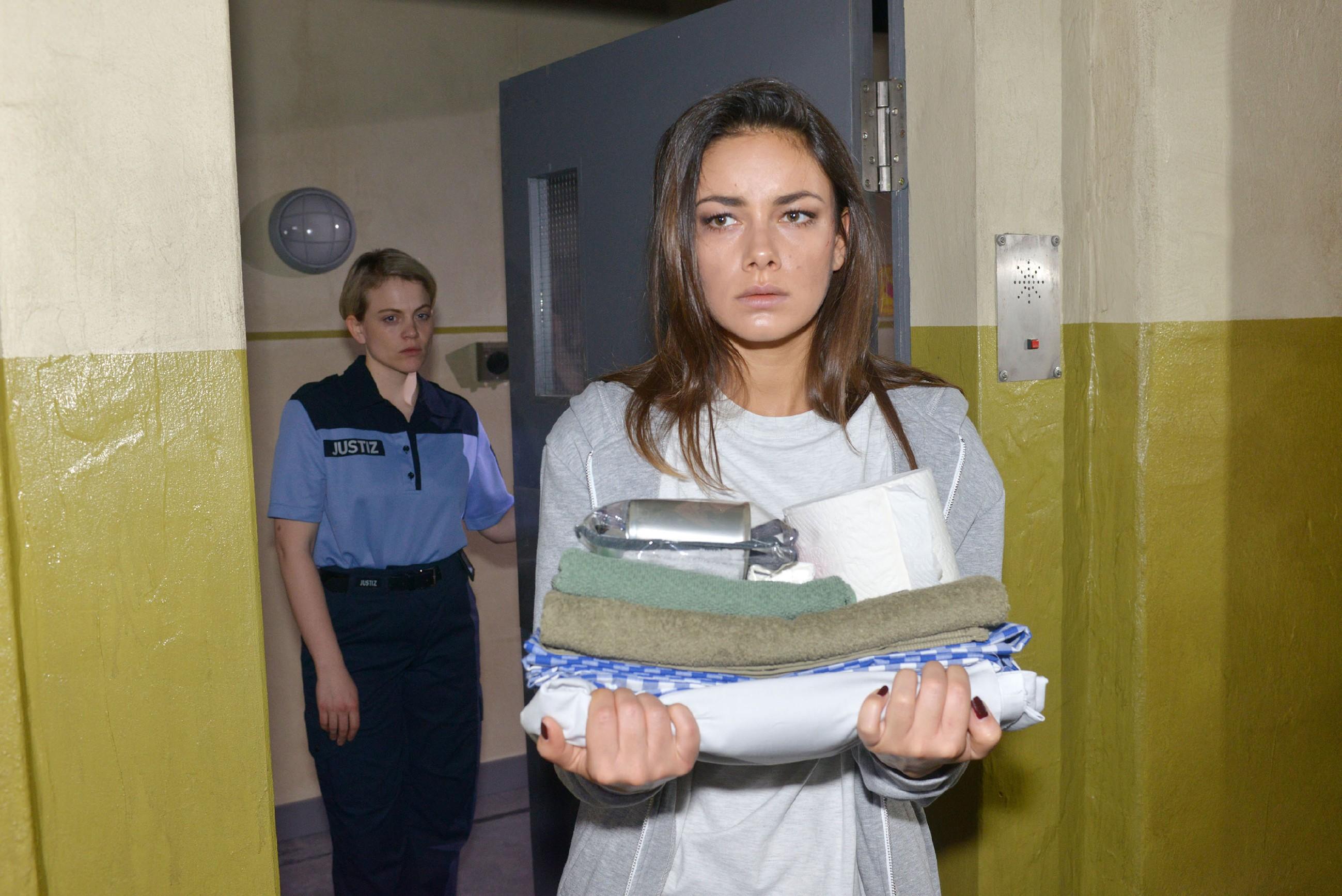 Jasmin (Janina Uhse, vorne) tritt verzweifelt ihre U-Haft an. (Quelle: RTL / Rolf Baumgartner)
