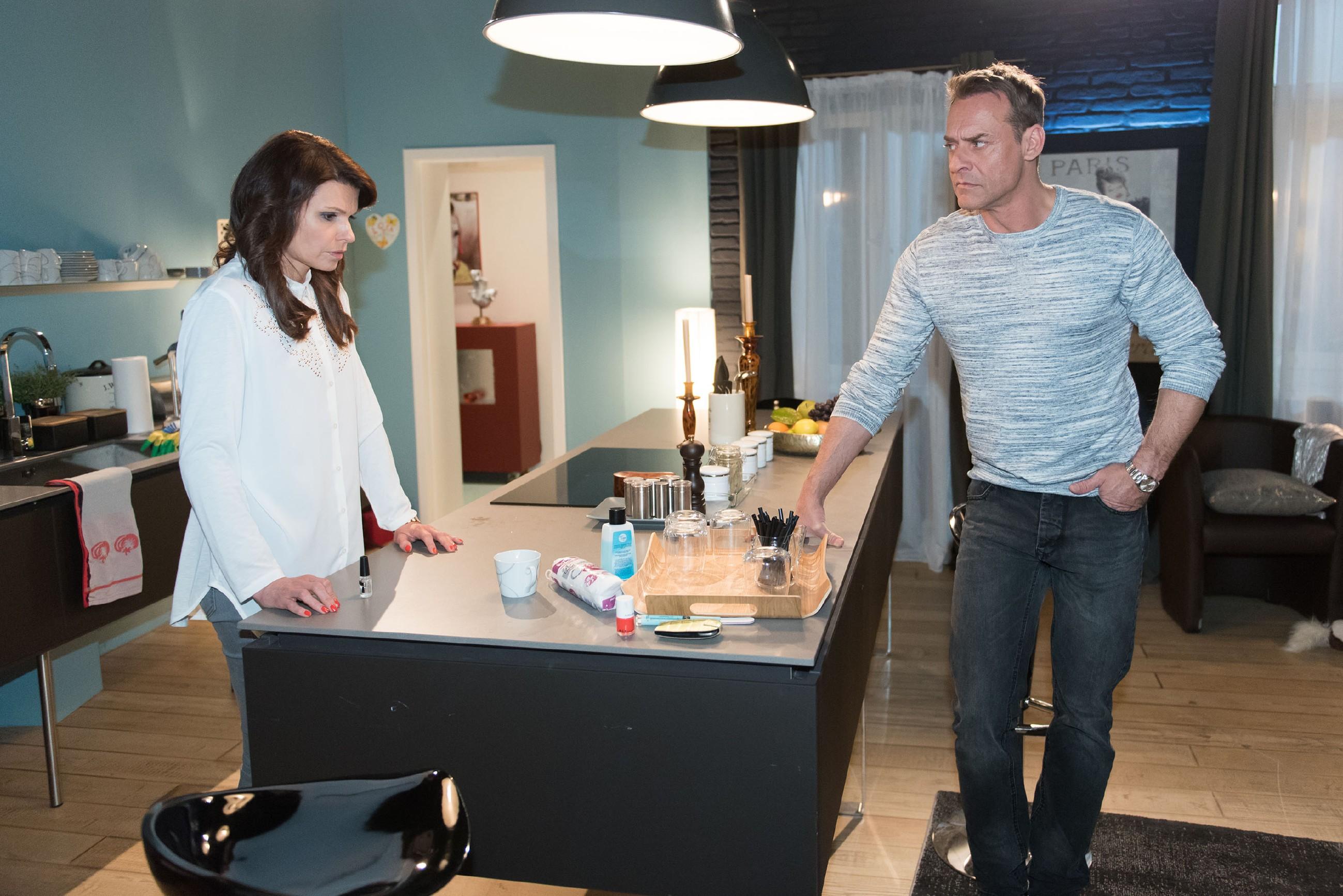 Britta (Tabea Heynig) erfährt betroffen, dass Rufus (Kai Noll) durch ihre Notlüge seinen Job verloren hat. (Quelle: RTL / Stefan Behrens)