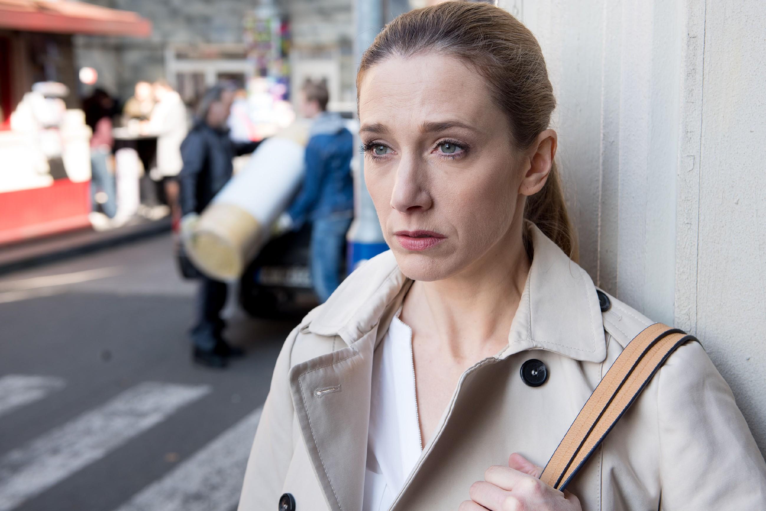 Andrea (Kristin Meyer) bekommt eifersüchtig die zunehmende Nähe zwischen ihrem Vater Robert und ihrem Sohn Valentin mit. (Quelle: RTL / Stefan Behrens)