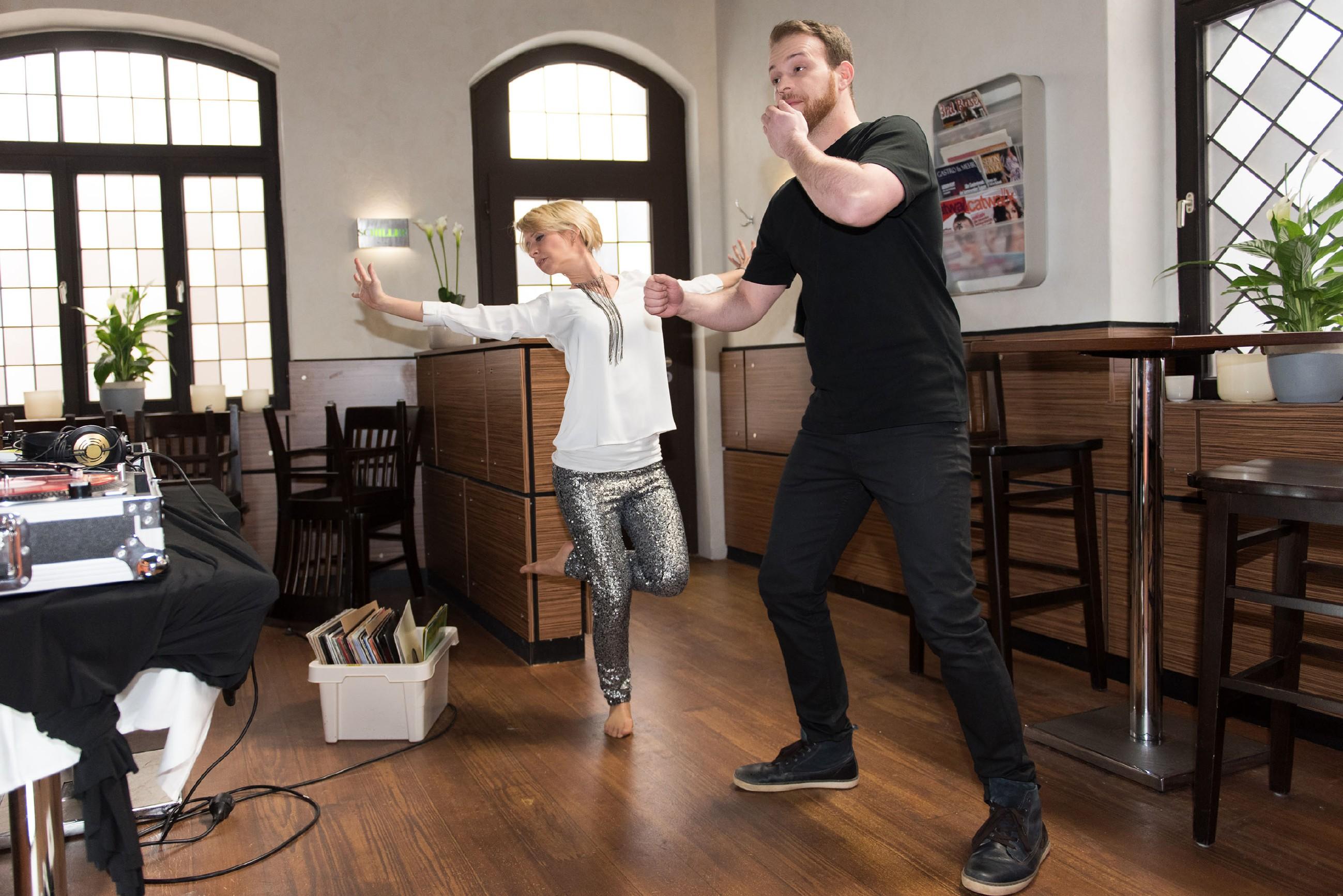 Ute (Isabell Hertel) und Tobias (Patrick Müller) lassen die Party in bester Stimmung und ganz unter sich ausklingen. (Quelle: RTL / Stefan Behrens)