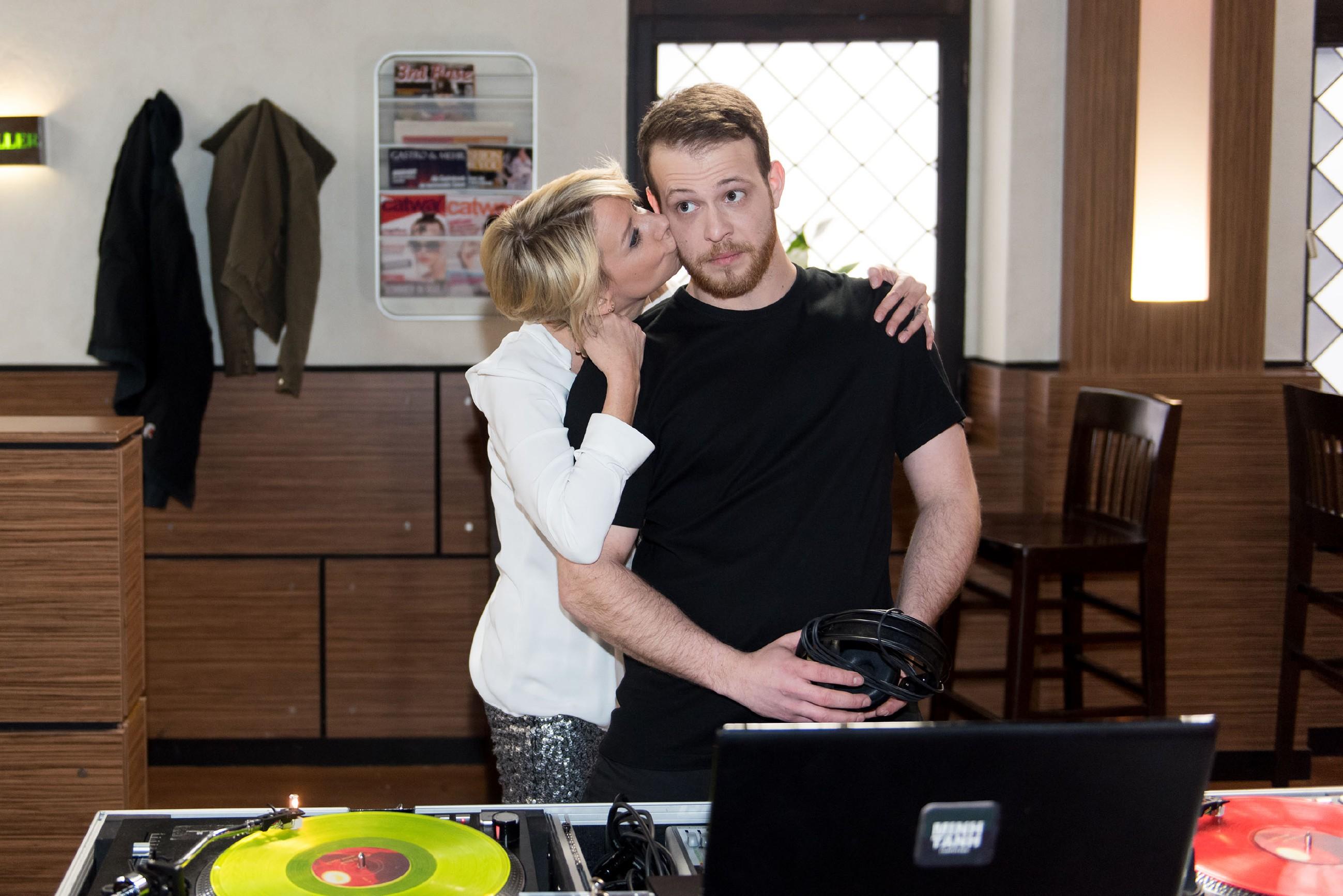 Ute (Isabell Hertel) und Tobias (Patrick Müller) lassen die Party in freundschaftlicher Stimmung ausklingen. (Quelle: RTL / Stefan Behrens)
