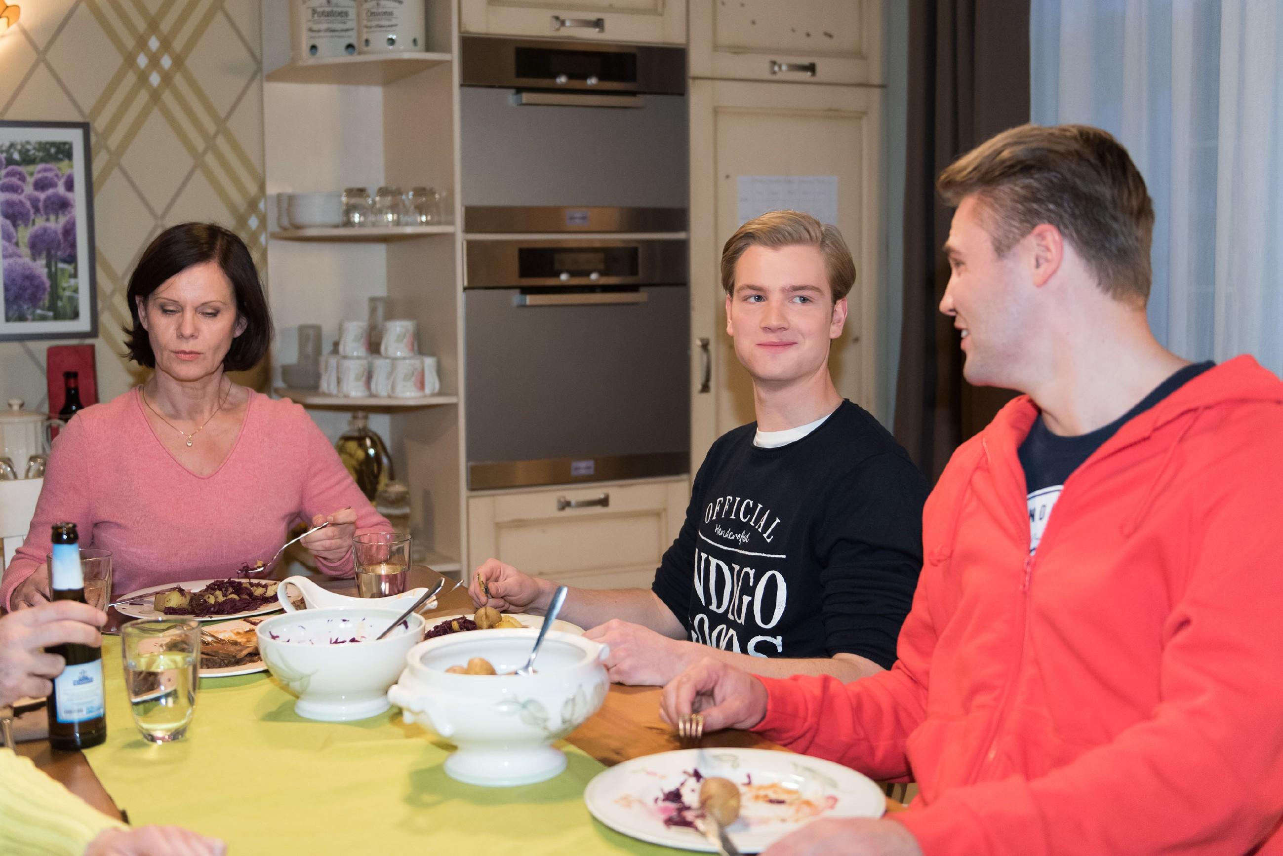 Valentin (Aaron Koszuta, M.) fühlt sich bei Irene (Petra Blossey) und Robert schon ganz zu Hause und versteht sich auch mit Bambi (Benjamin Heinrich) gut. (Quelle: RTL / Stefan Behrens)