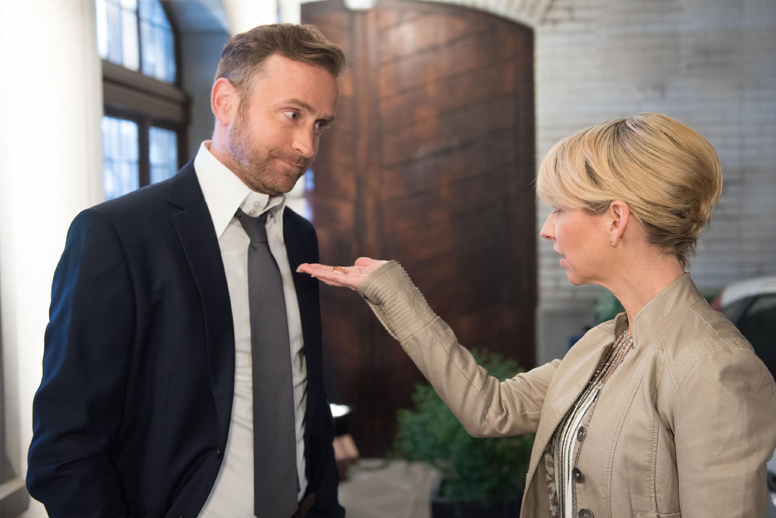 Ute (Isabell Hertel) erteilt ihrem verheirateten Flirt Stefan (Björn Gödde) eine entschiedene Abfuhr. (Quelle: RTL / Stefan Behrens)