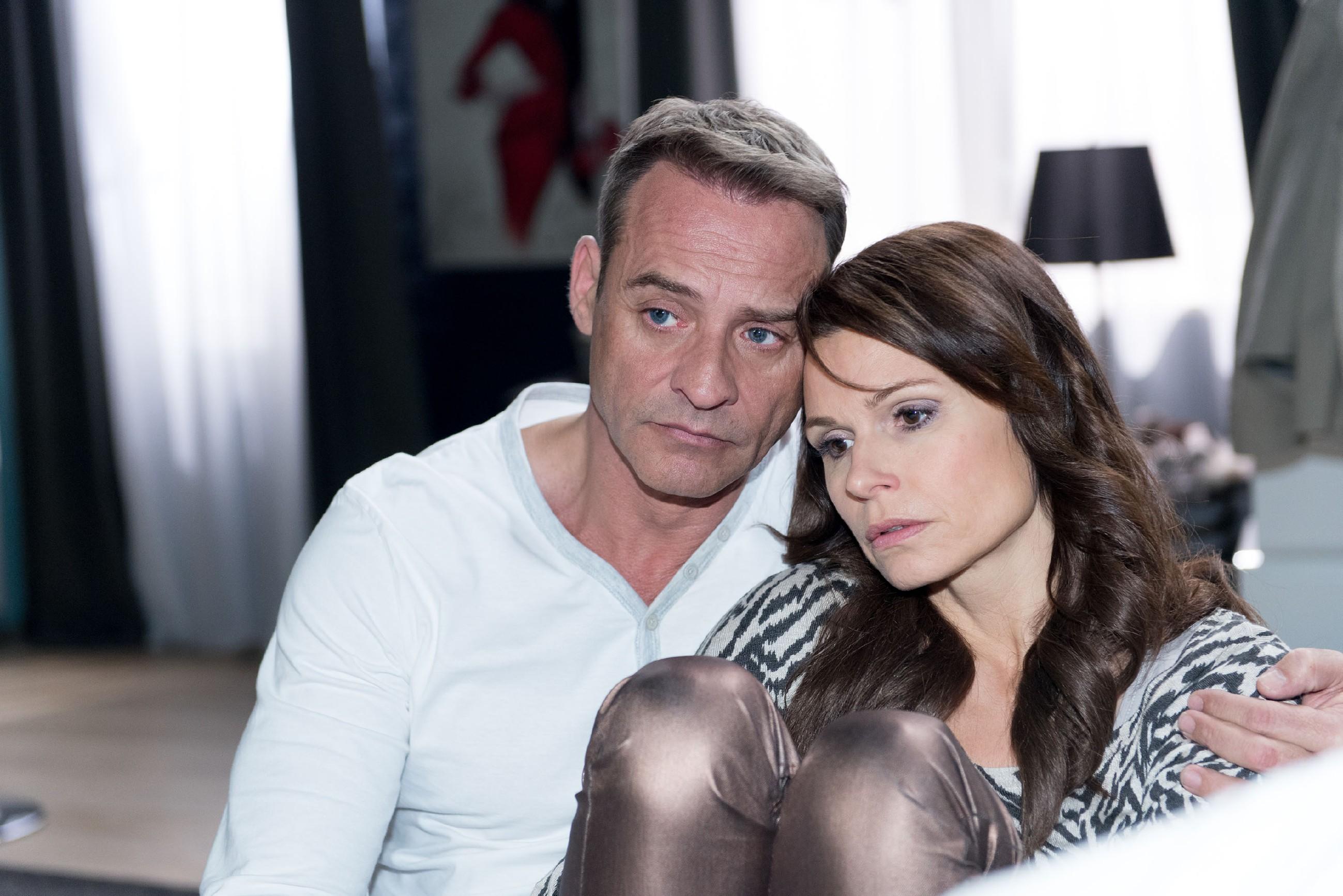 Als Britta (Tabea Heynig) ihm ihr Leid klagt, beschleicht Rufus (Kai Noll) ob der geplanten Veröffentlichung seiner Geschichte das schlechte Gewissen. (Quelle: RTL / Stefan Behrens)