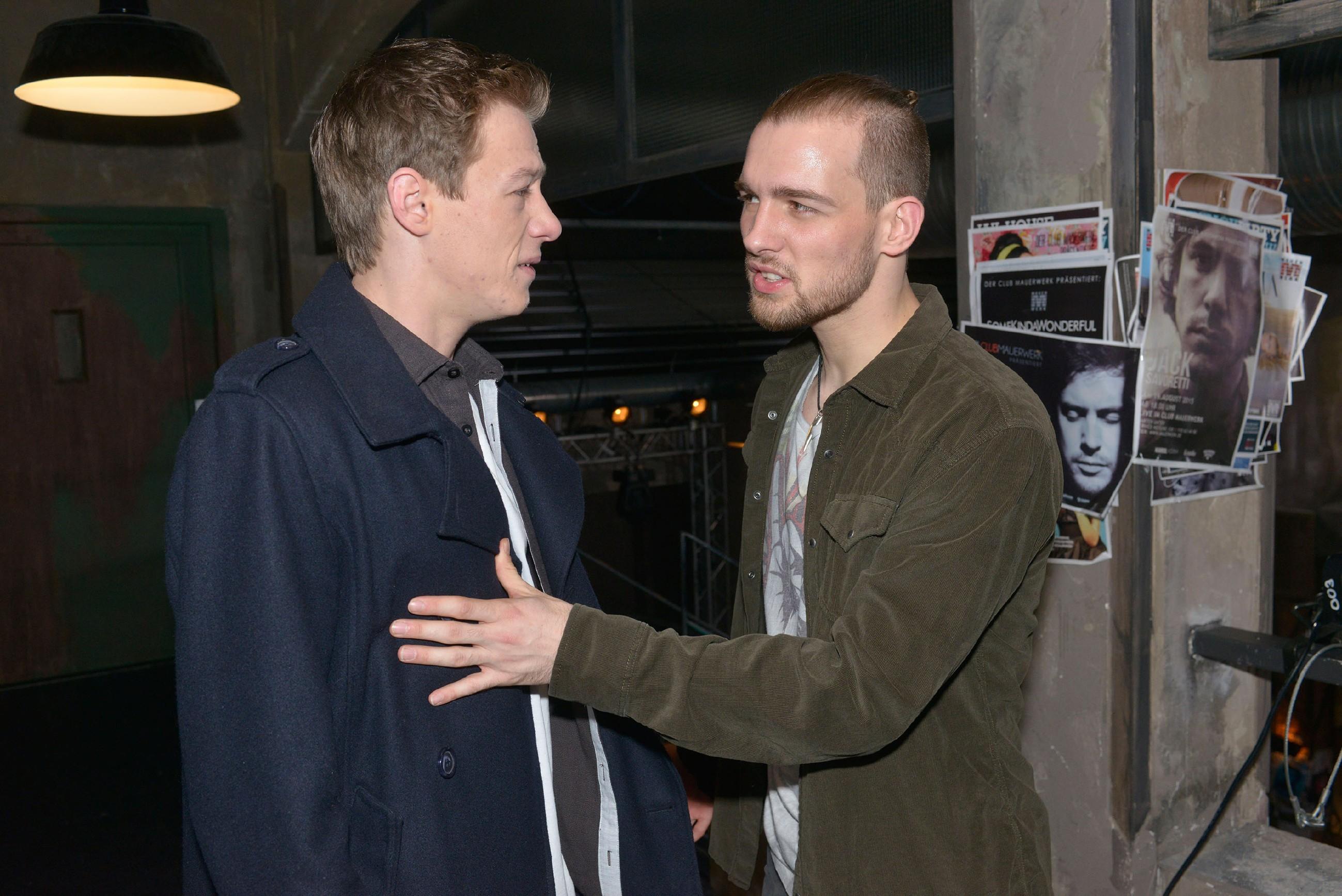 Vince (Vincent Krüger, l.) bekommt von Chris (Eric Stehfest) bezüglich Sunny den Kopf gewaschen.