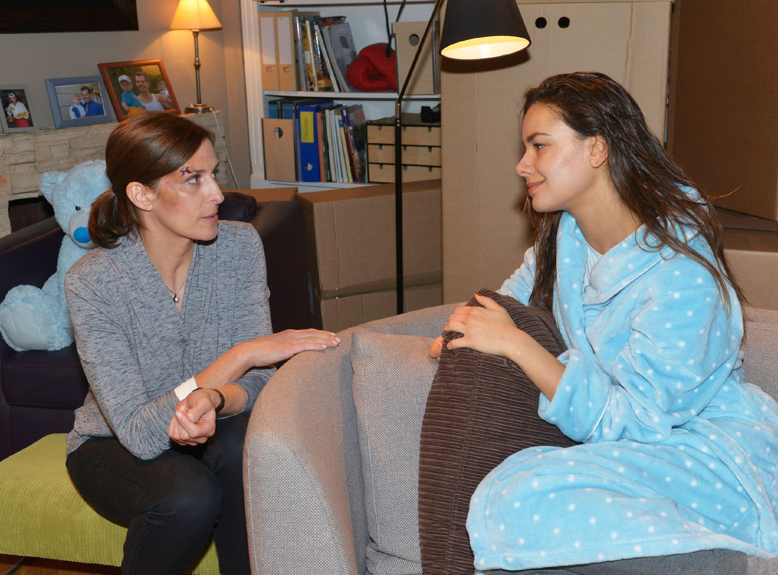 Zu Katrins (Ulrike Frank, l.) Erleichterung trägt Jasmin (Janina Uhse) ihr die Ereignisse der letzten Monate nicht nach. (Quelle: RTL / Rolf Baumgartner)