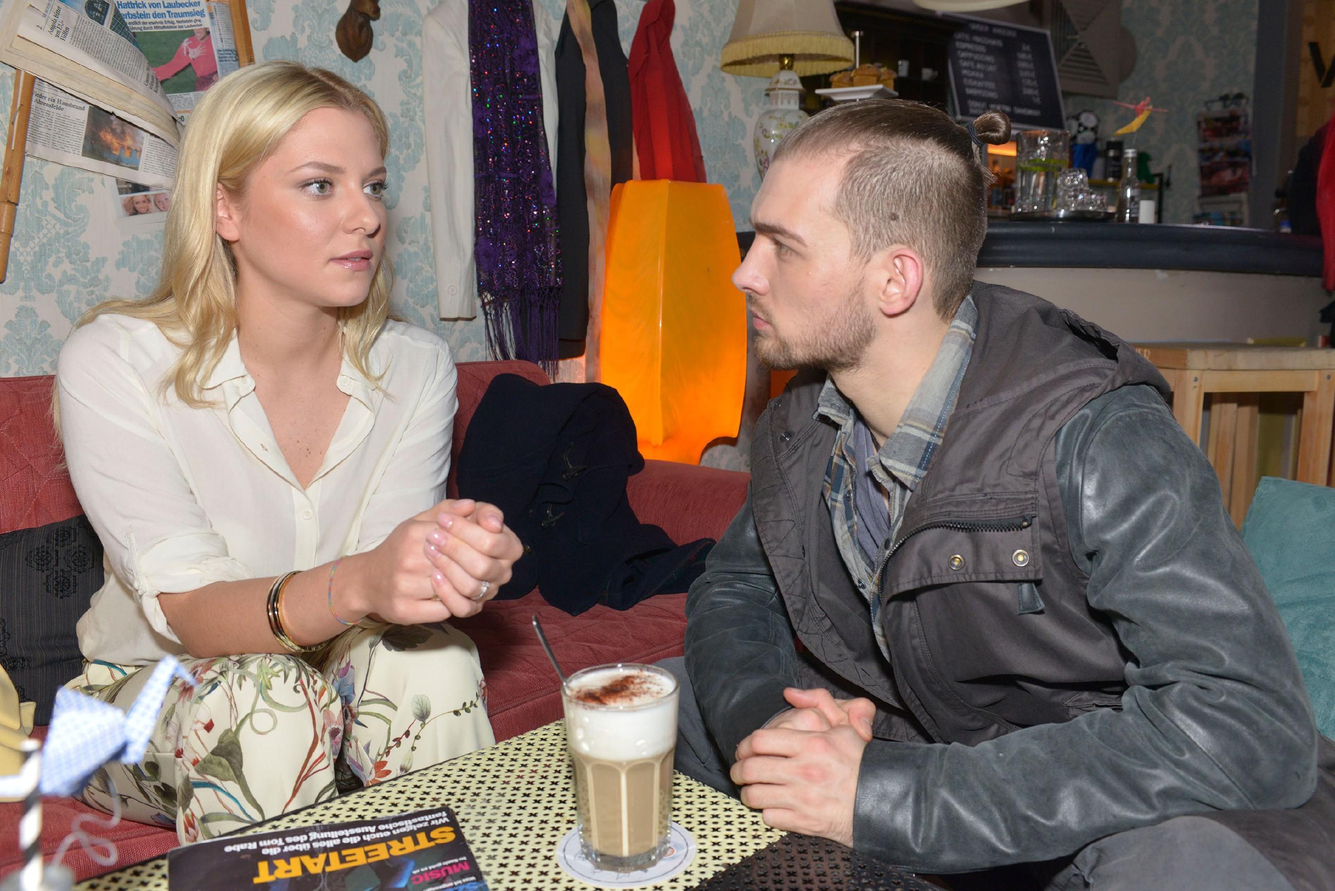 Sunny (Valentina Pahde) vertraut Chris (Eric Stehfest) ihre Probleme mit Vince an. (Quelle: RTL / Rolf Baumgartner)