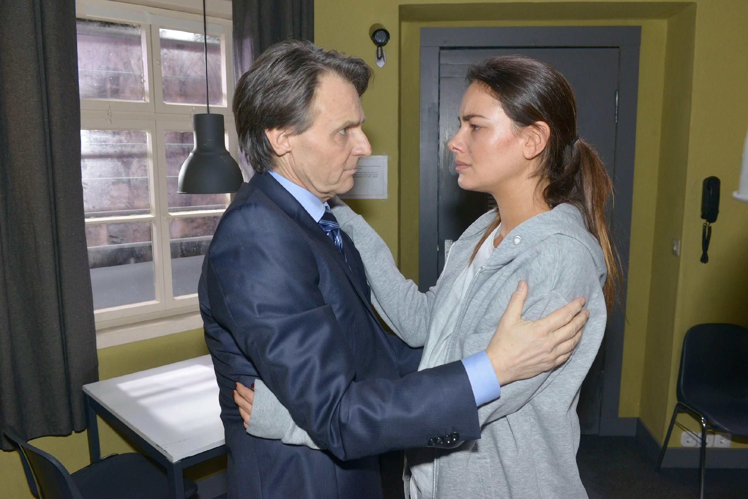 Gerner (Wolfgang Bahro) verspricht der in U-Haft sitzenden und sehr verzweifelten Jasmin (Janina Uhse), Beweise zu suchen, um sie zu entlasten. (Quelle: RTL / Rolf Baumgartner)