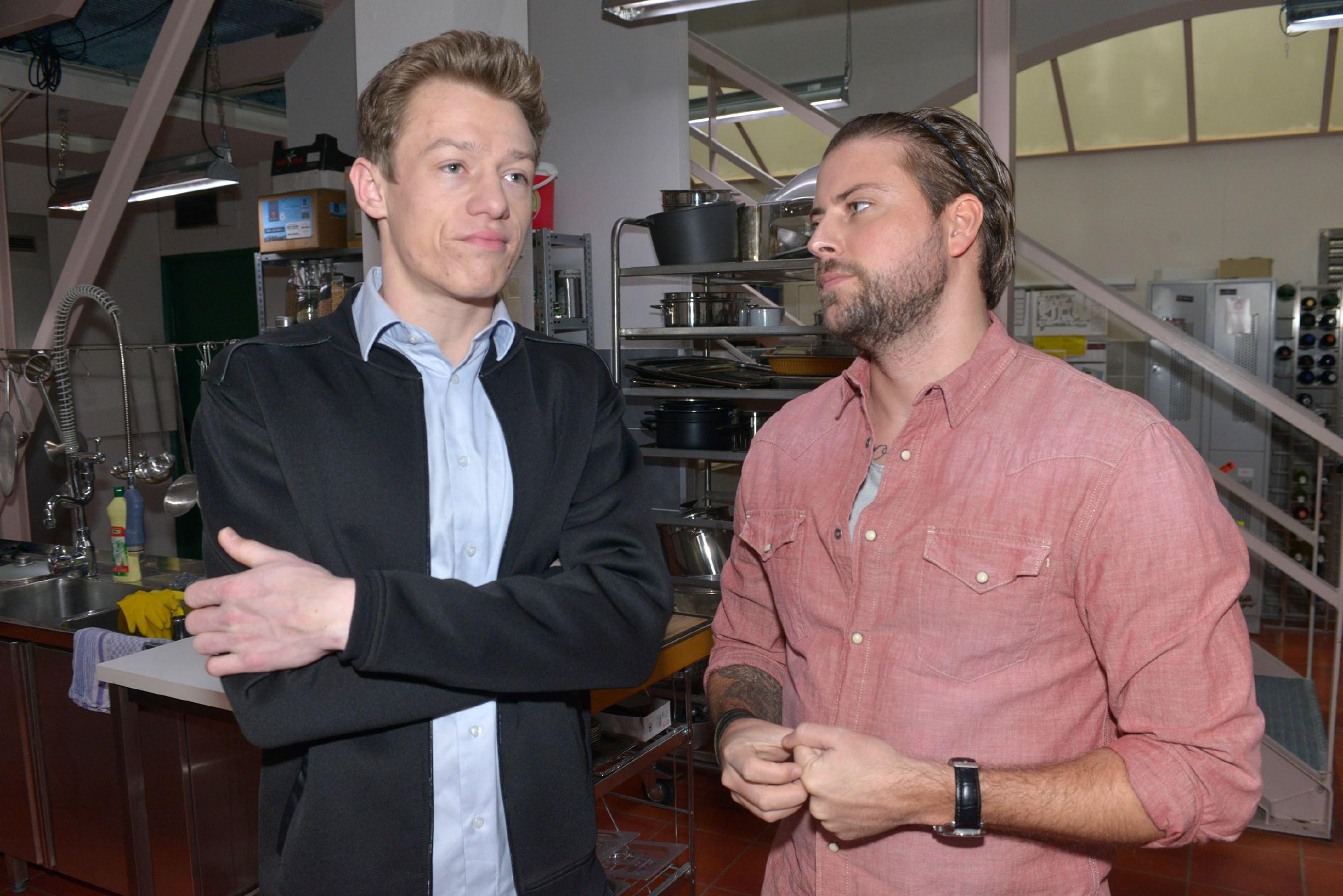 John (Felix von Jascheroff, r.) merkt, dass Vince (Vincent Krüger) in der Küche nicht bei der Sache ist und spricht ihn darauf an.