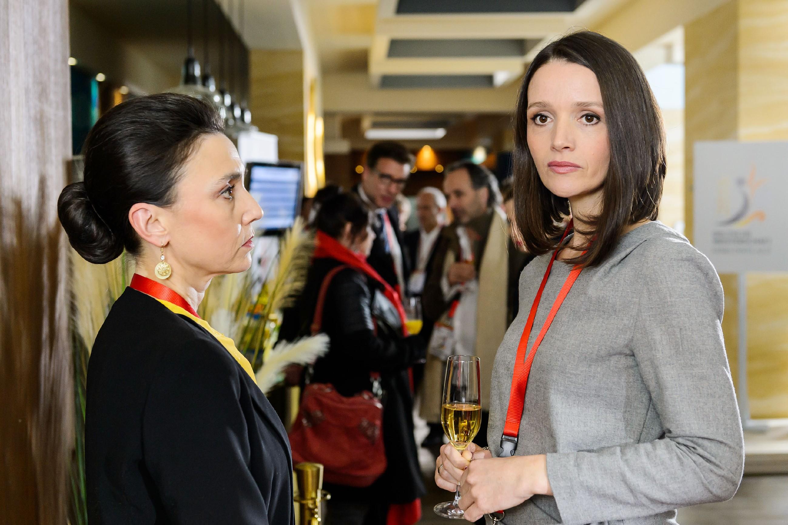 Simone (Tatjana Clasing, l.) konfrontiert Jenny (Kaja Schmidt-Tychsen) mit den harten Konsequenzen ihres Verhaltens... (Quelle: RTL / Willi Weber)