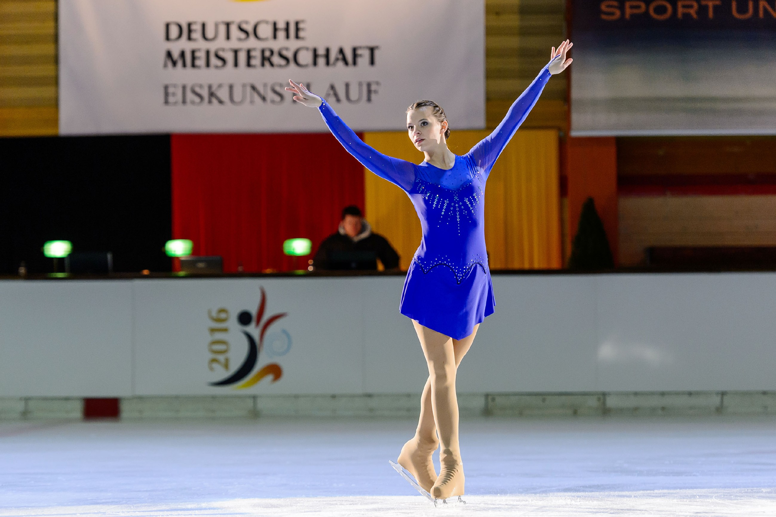 Michelle (Franziska Benz) weiß während ihrer Kür auf dem Eis zu überzeugen. (Quelle: RTL / Willi Weber)