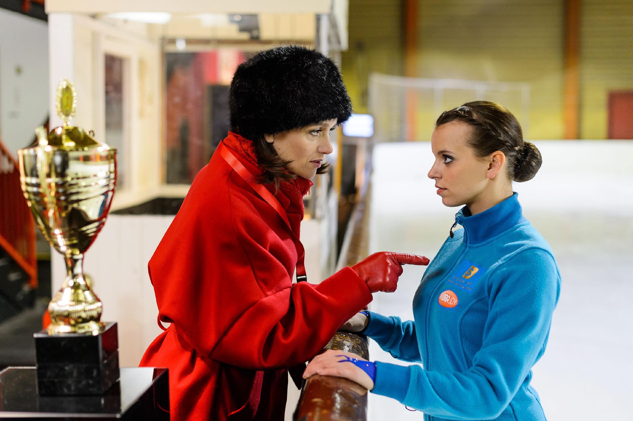 Jenny (Kaja Schmidt-Tychsen, l.) ist weiter fest entschlossen, Simone zu beweisen, dass sie keine Verliererin ist und schwört Michelle (Franziska Benz) darauf ein, eine perfekte Kür zu laufen. (Quelle: RTL / Willi Weber)