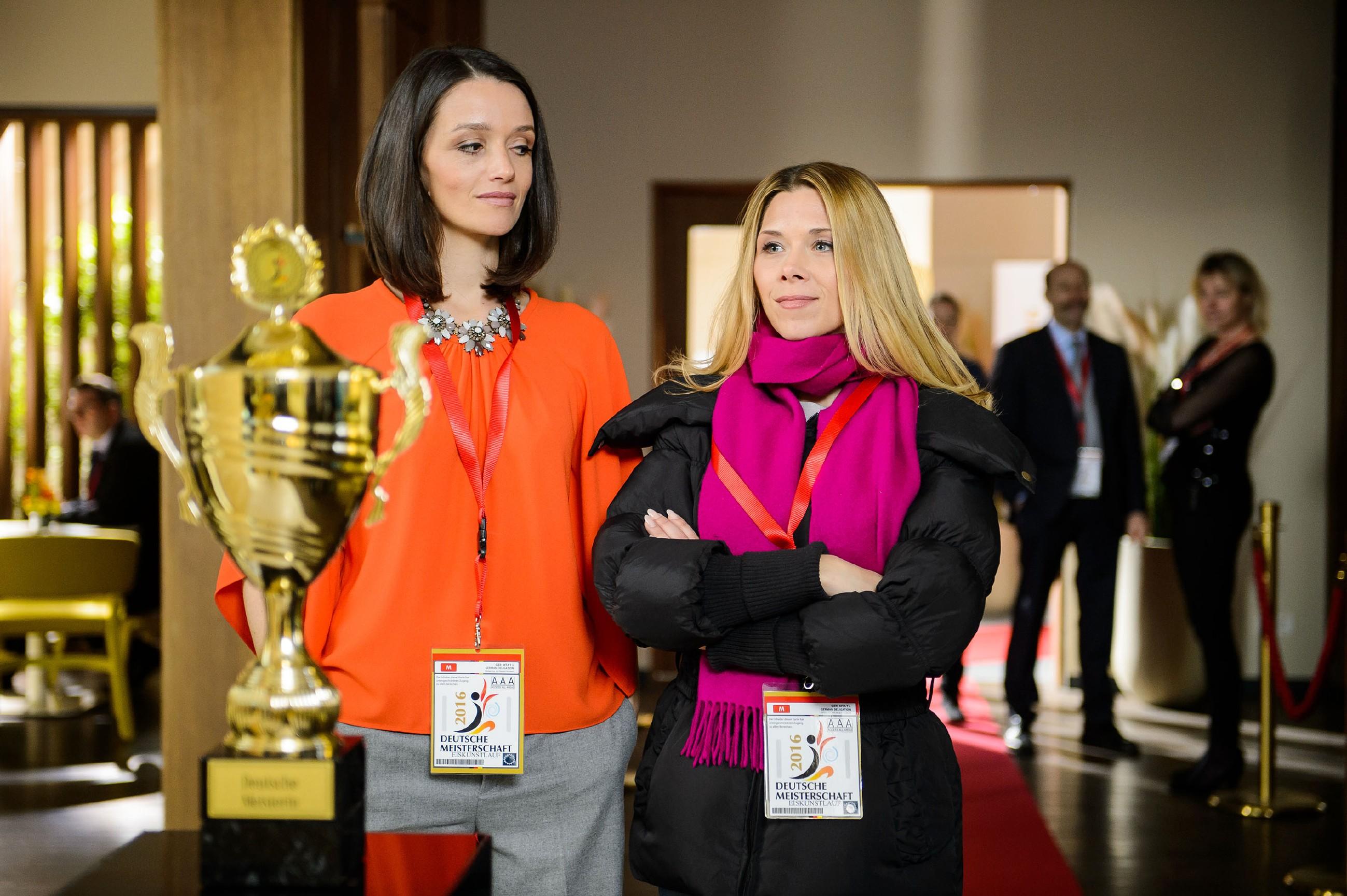 Jenny (Kaja Schmidt-Tychsen, l.) betrachtet gemeinsam mit Diana (Tanja Szewczenko) den Pokal der Deutschen Meisterschaft. Sie ist fest entschlossen, es ihrer Mutter zu beweisen und die DM mit Michelle zu gewinnen. (Quelle: RTL / Willi Weber)