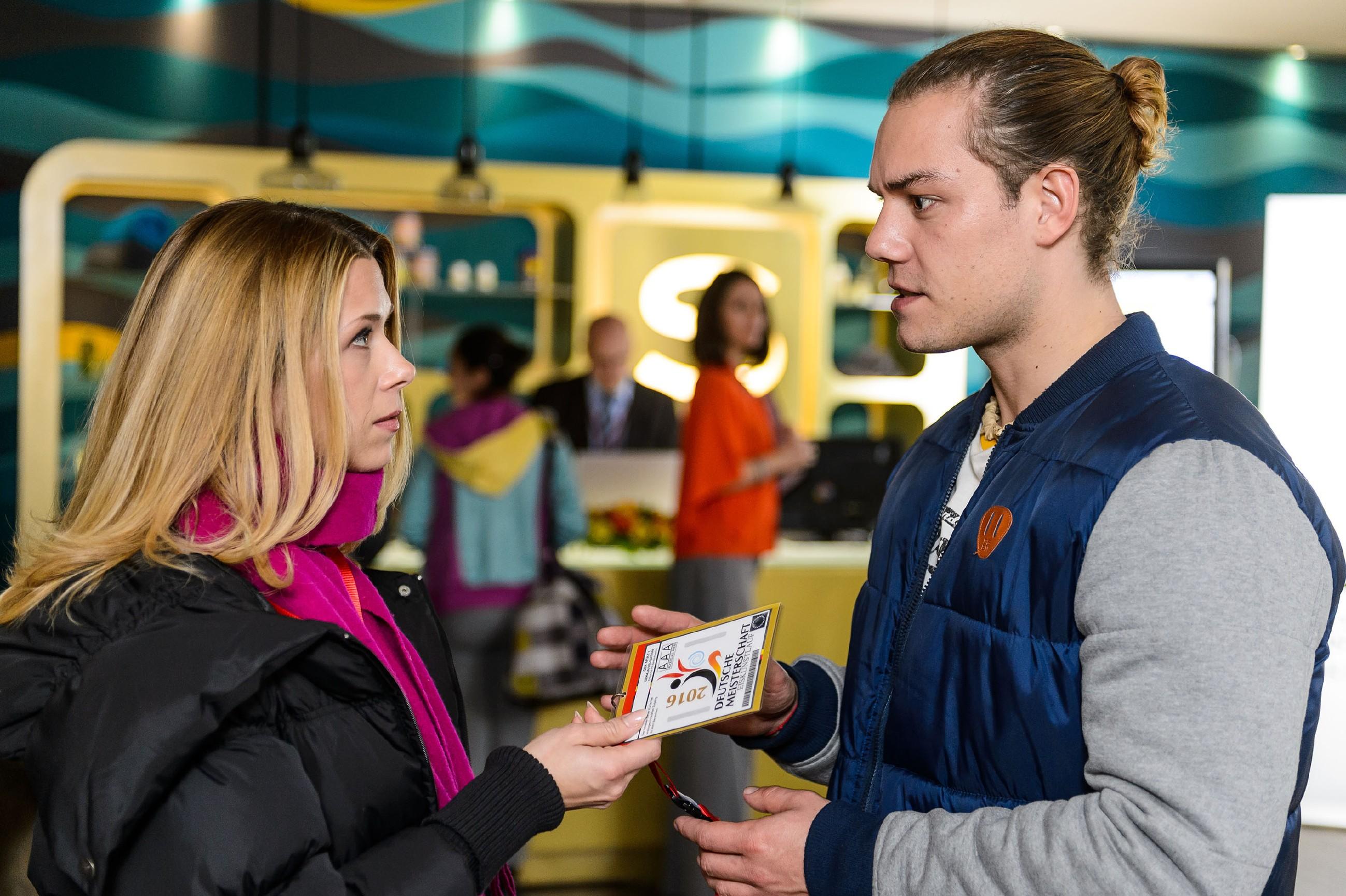 Diana (Tanja Szewczenko, l.) erkennt im Gespräch mit Leo (Julian Bayer) entsetzt, dass sich Marie wegen Leo falsche Hoffnungen macht. Jenny (Kaja Schmidt-Tychsen, hinten) verfolgt das Gespräch interessiert aus dem Hintergrund. (Quelle: RTL / Willi Weber)