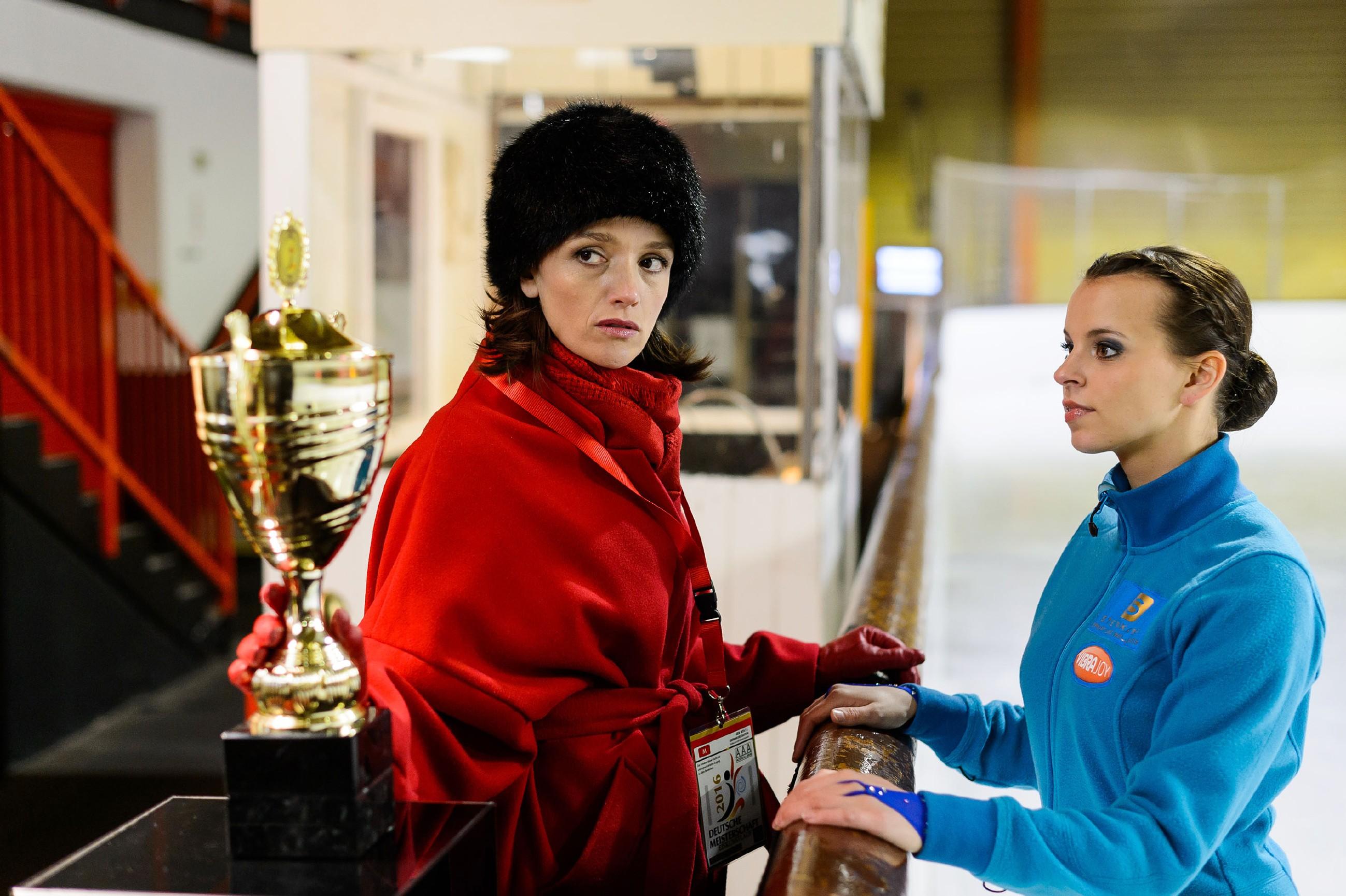 Jenny (Kaja Schmidt-Tychsen, l.) ist weiter fest entschlossen, Simone zu beweisen, dass sie keine Verliererin ist. Deshalb gibt sie alles, um Michelle (Franziska Benz) für ihre Kür vorzubereiten. (Quelle: RTL / Willi Weber)