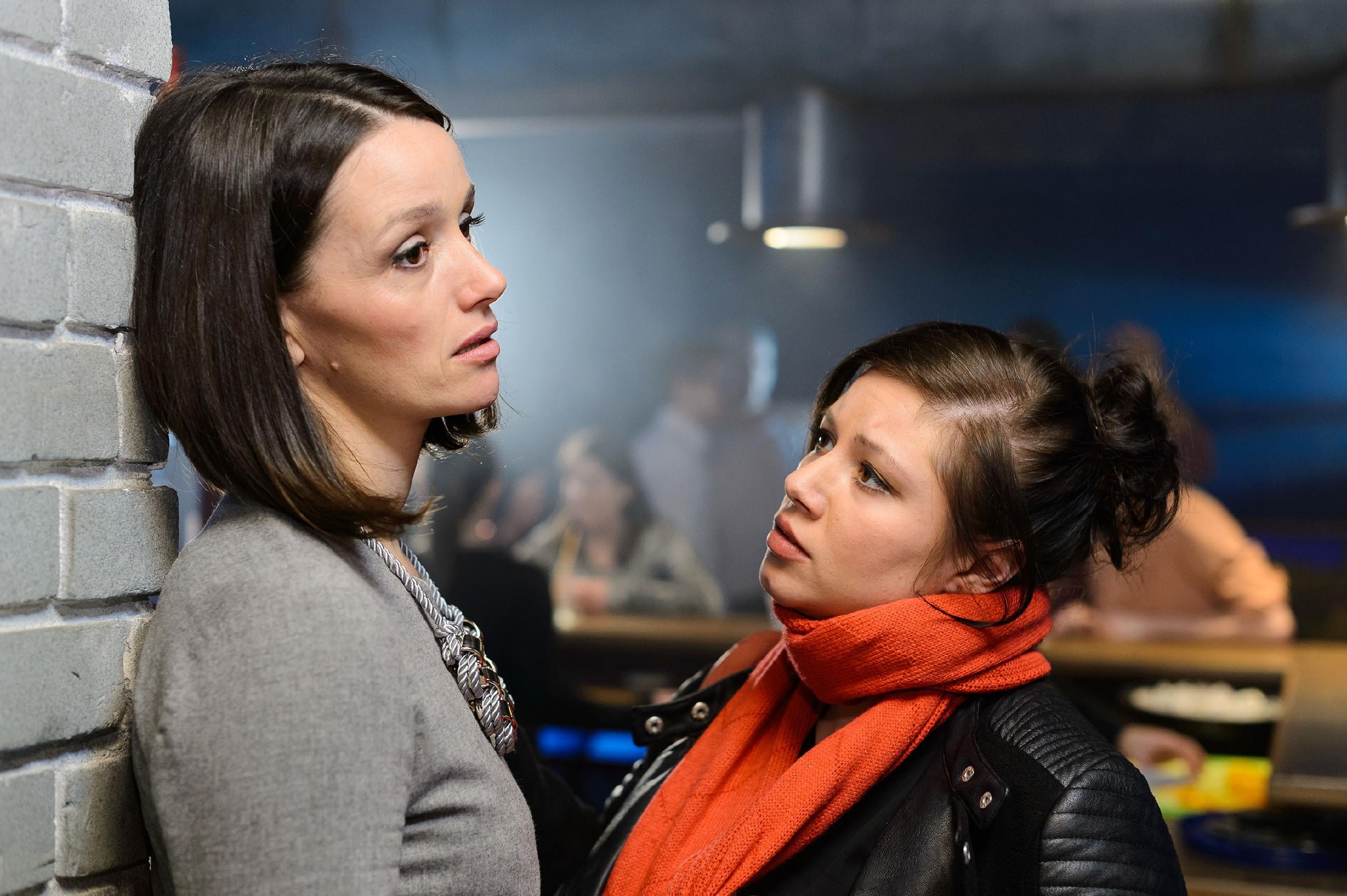 Nach der harten Ansage von Simone versinkt Jenny (Kaja Schmidt-Tychsen, l.) verletzt in Selbstmitleid und wird von Vanessa (Julia Augustin) aufgefangen. (Quelle: RTL / Willi Weber)