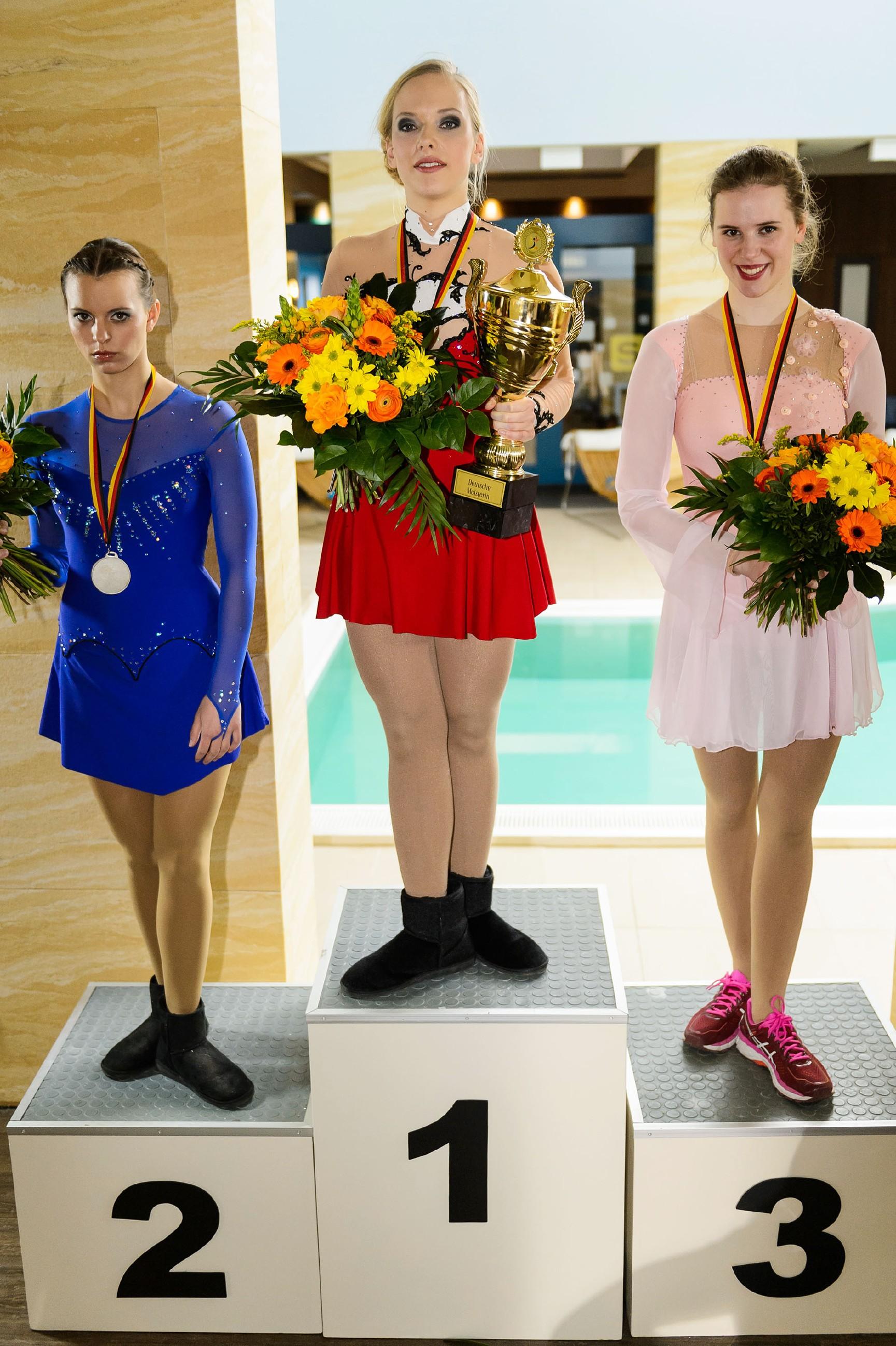 Marie (Judith Neumann, M.) hat das Unmögliche geschafft und wird Deutsche Meisterin. Michelle (Franziska Benz, l.) ist mit dem zweiten Platz nicht zufrieden und gönnt Marie den Sieg nicht. (r. Komparsin) (Quelle: RTL / Willi Weber)