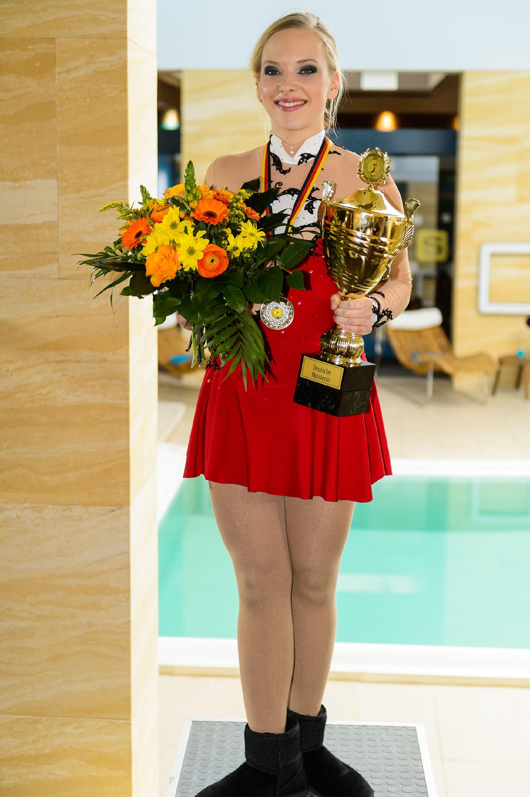 Dank ihres Willens und der Unterstützung ihrer Freunde hat Marie (Judith Neumann) die Deutsche Meisterschaft gewonnen. (Quelle: RTL / Willi Weber)