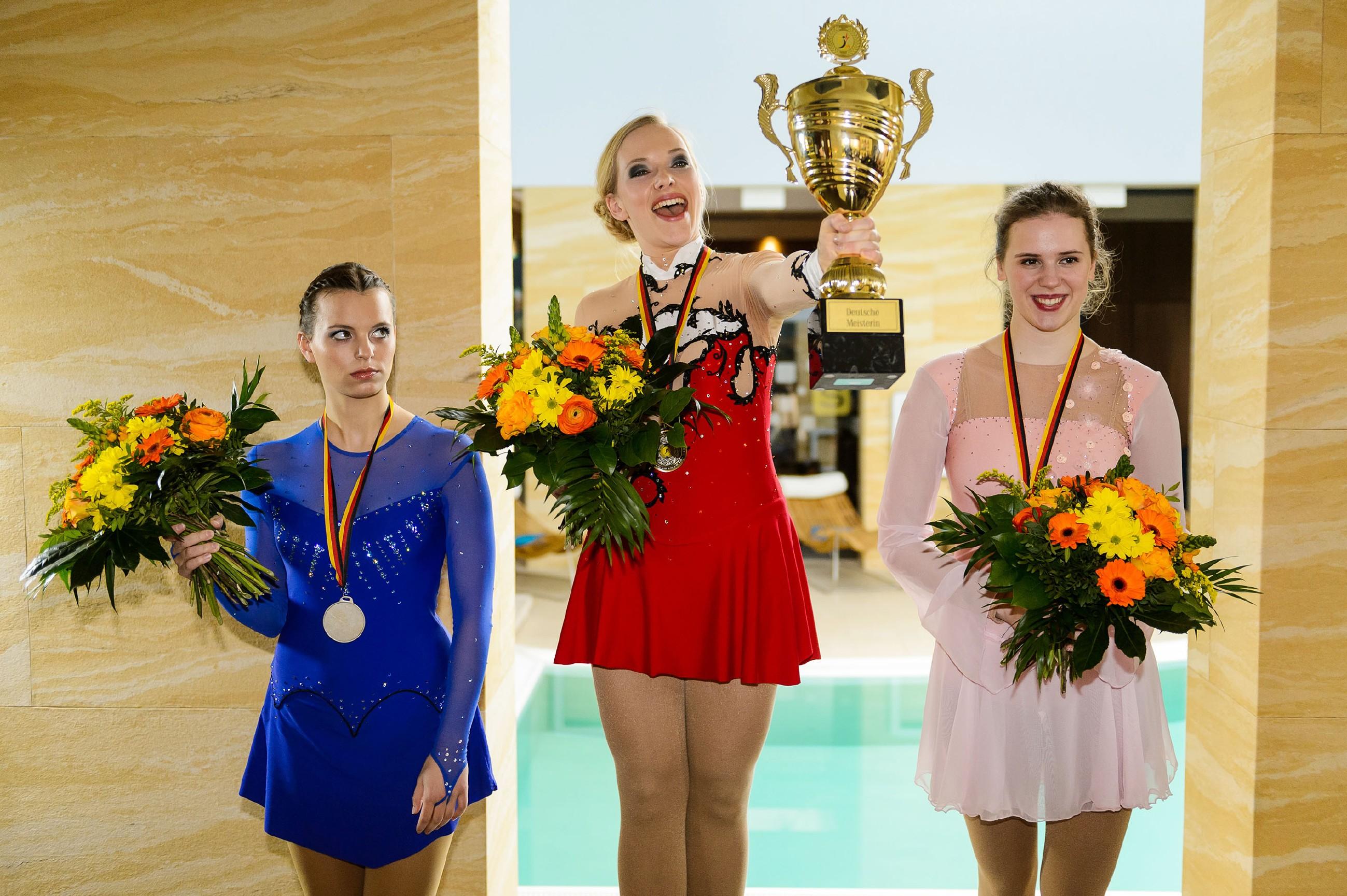 Marie (Judith Neumann, l.) und Diana (Tanja Szewczenko) wird bei der Bekanntgabe der Wertung klar, dass sie die Deutsche Meisterschaft gewonnen haben! (Quelle: RTL / Willi Weber)