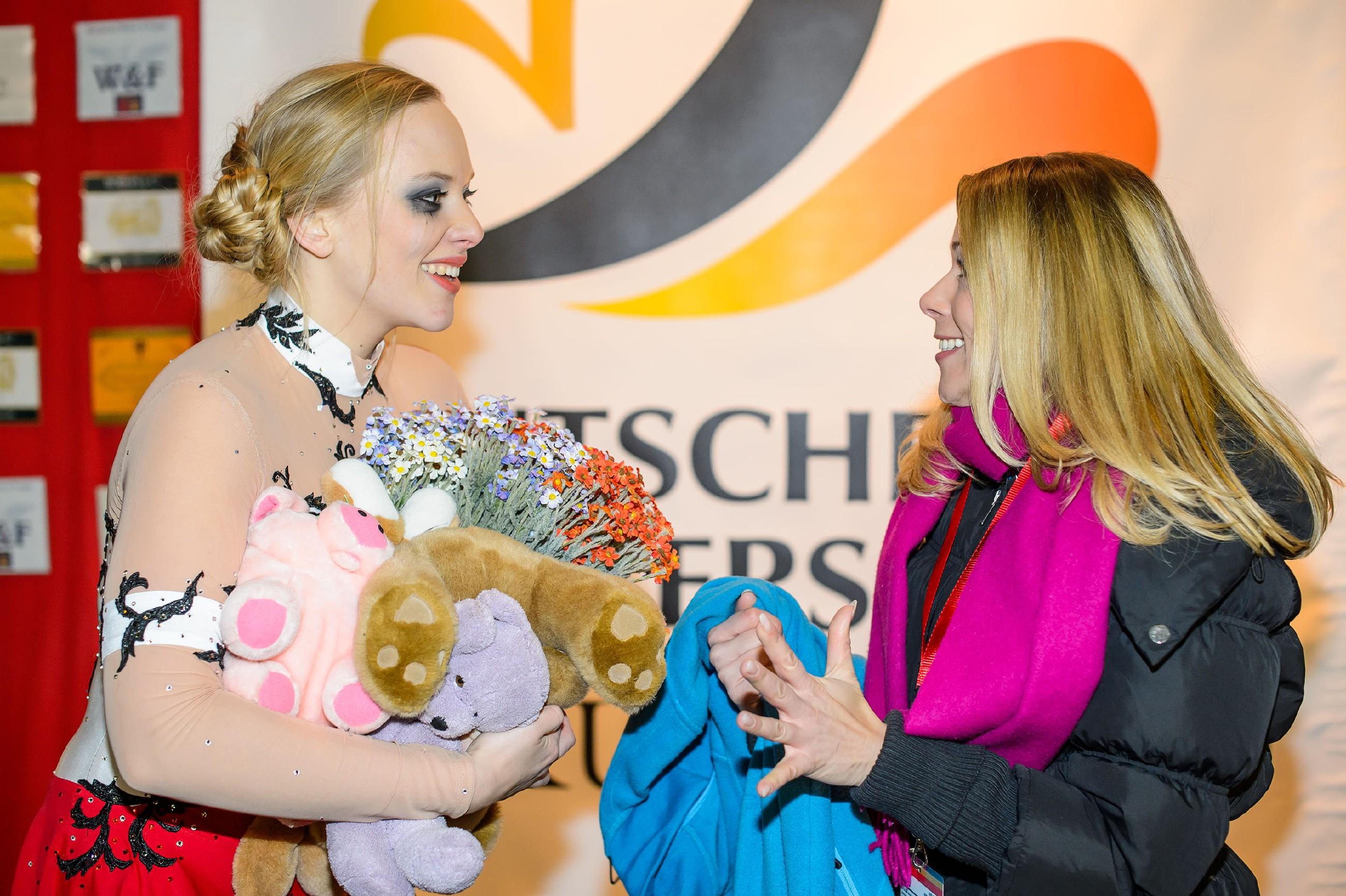 """Marie (Judith Neumann, l.) und Diana (Tanja Szewczenko) fiebern in der """"Kiss & Cry""""-Corner der Wertung der Preisrichter entgegen. (Quelle: RTL / Willi Weber)"""