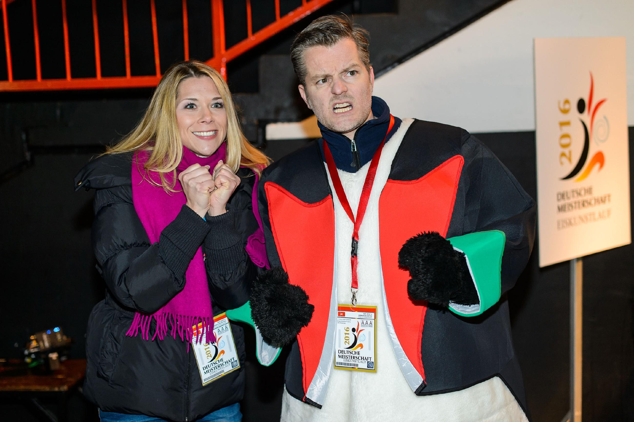 Diana (Tanja Szewczenko) und Ingo (André Dietz) fiebern mit, während Marie die Kür ihres Lebens läuft. (Quelle: RTL / Willi Weber)