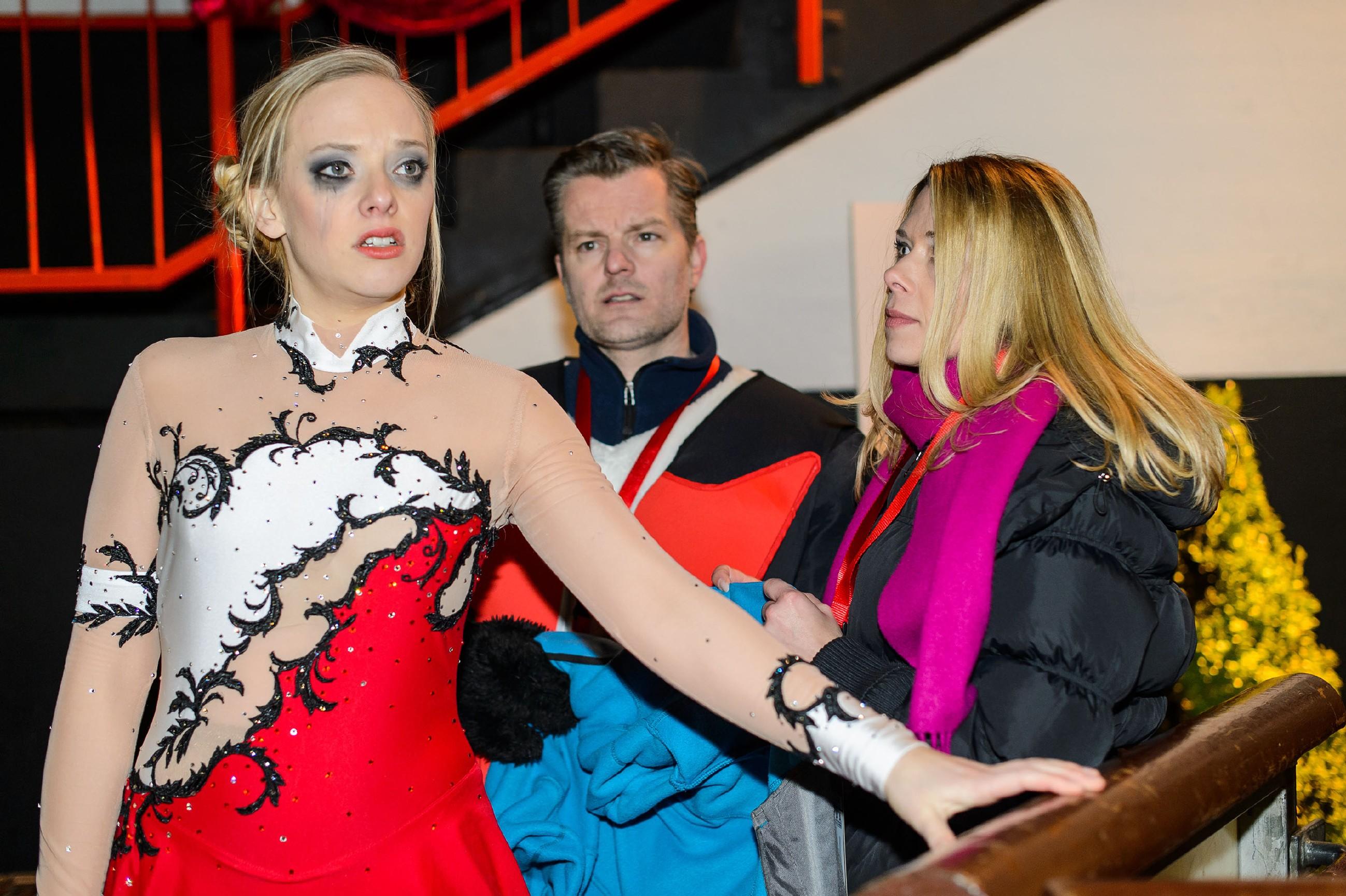 Diana (Tanja Szewczenko, r.) und Ingo (André Dietz) begleiten Marie (Judith Neumann) in ihrem desaströsen Zustand zu ihrer Kür aufs Eis. (Quelle: RTL / Willi Weber)
