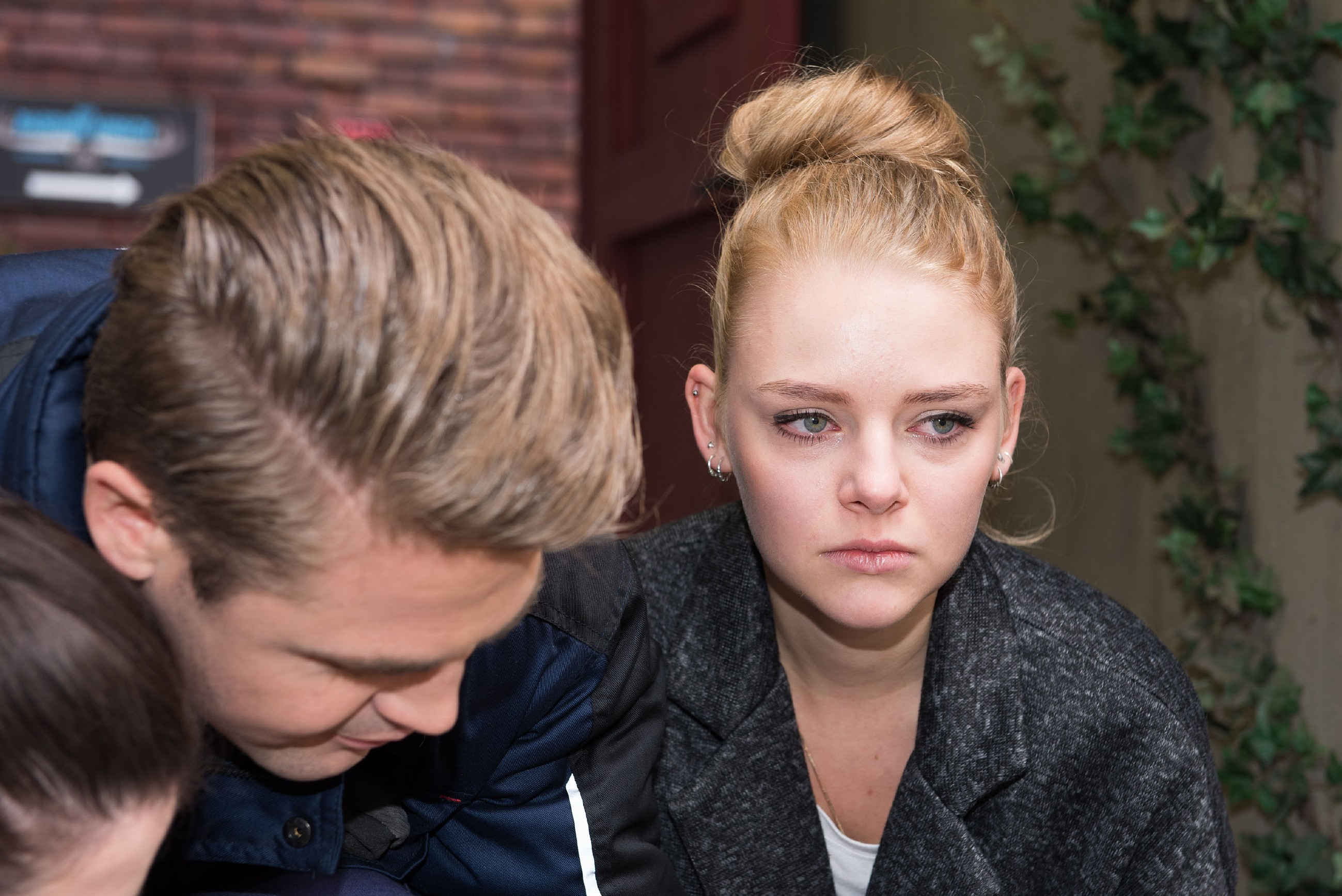 Während Bambi (Benjamin Heinrich) sich um Rolf kümmert, ist Fiona (Olivia Burkhart) geschockt, Rolf so hilflos zu sehen. (Quelle: RTL / Stefan Behrens)