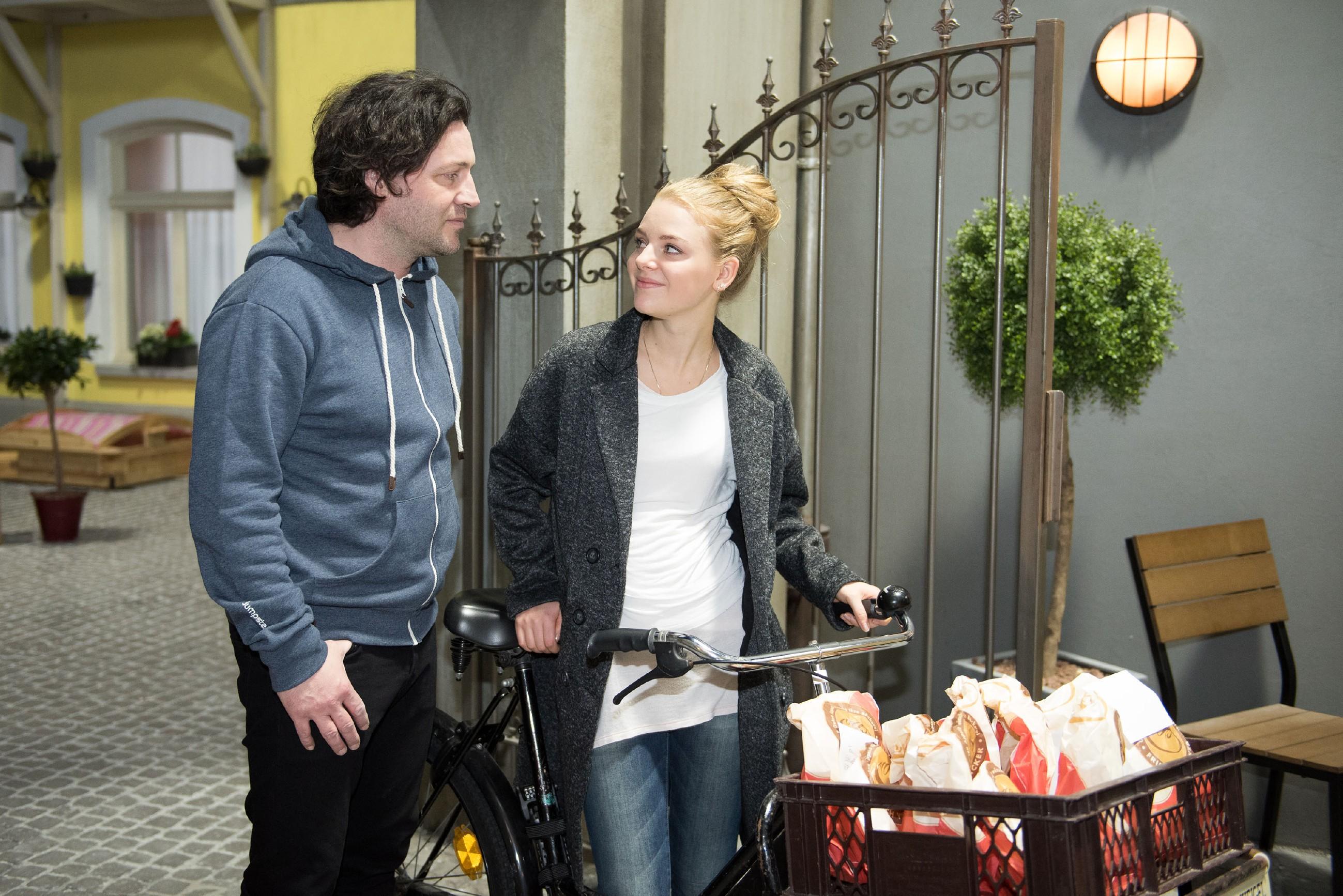 Fiona (Olivia Burkhart) ist freudig überrascht, als Rolf (Stefan Franz) spontan Zeit mit ihr verbringen kann. (Quelle: RTL / Stefan Behrens)