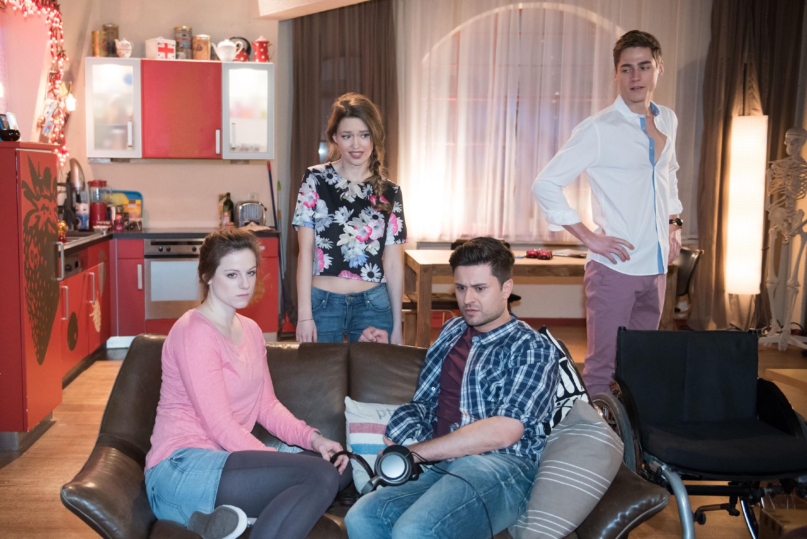 Jule (Amrei Haardt, 2.v.l.) ist hin und hergerissen zwischen ihrem Glück mit Ringo (Timothy Boldt, r.) und ihrem schlechten Gewissen gegenüber Elli (Nora Koppen) und Paco (Milos Vukovic). (Quelle: RTL / Stefan Behrens)