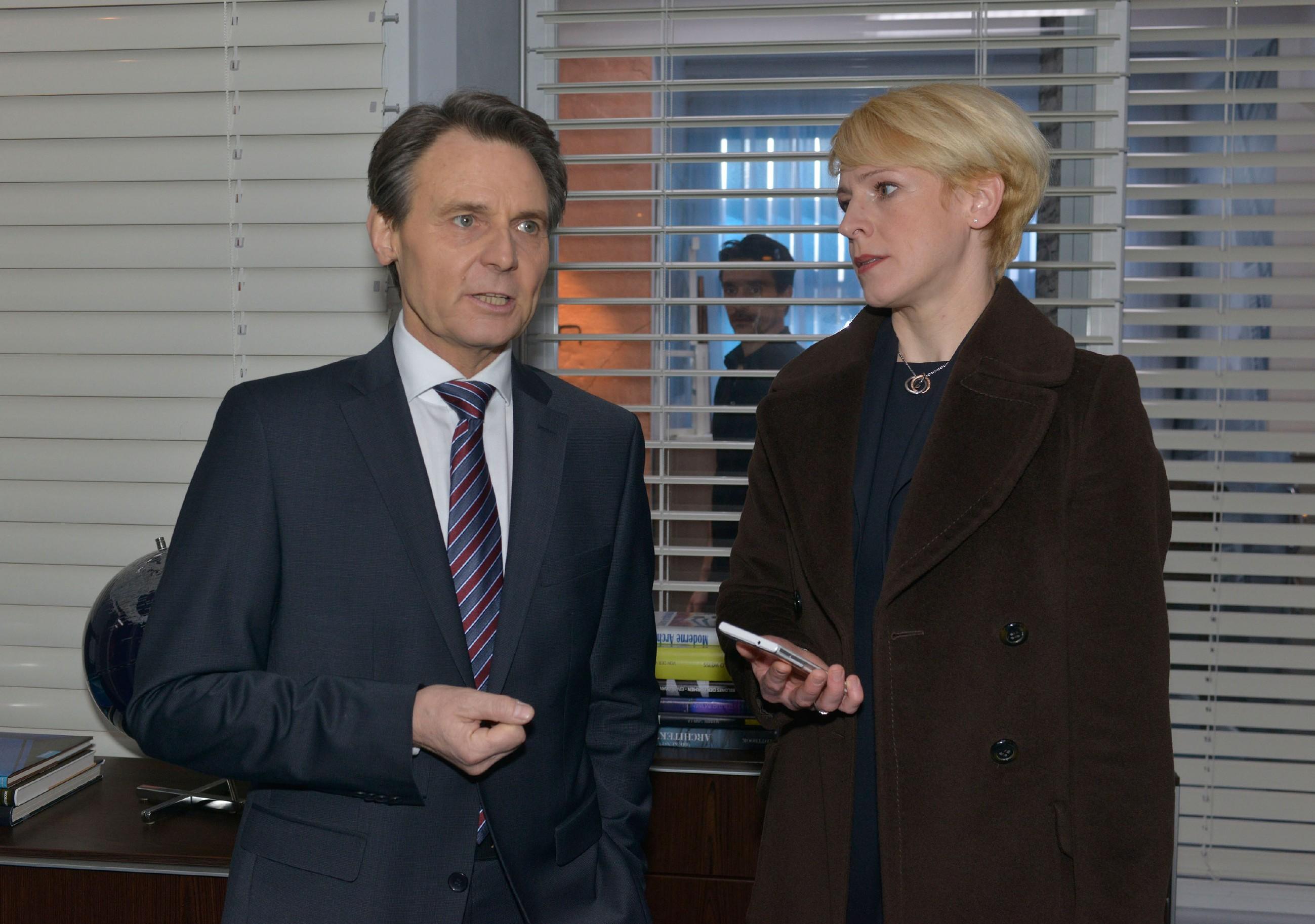 Die Anwältin Yvonne Dittmar (Aline Staskowiak) setzt sich bei Jo Gerner (Wolfgang Bahro) für Maren ein. (Quelle: RTL / Rolf Baumgartner)