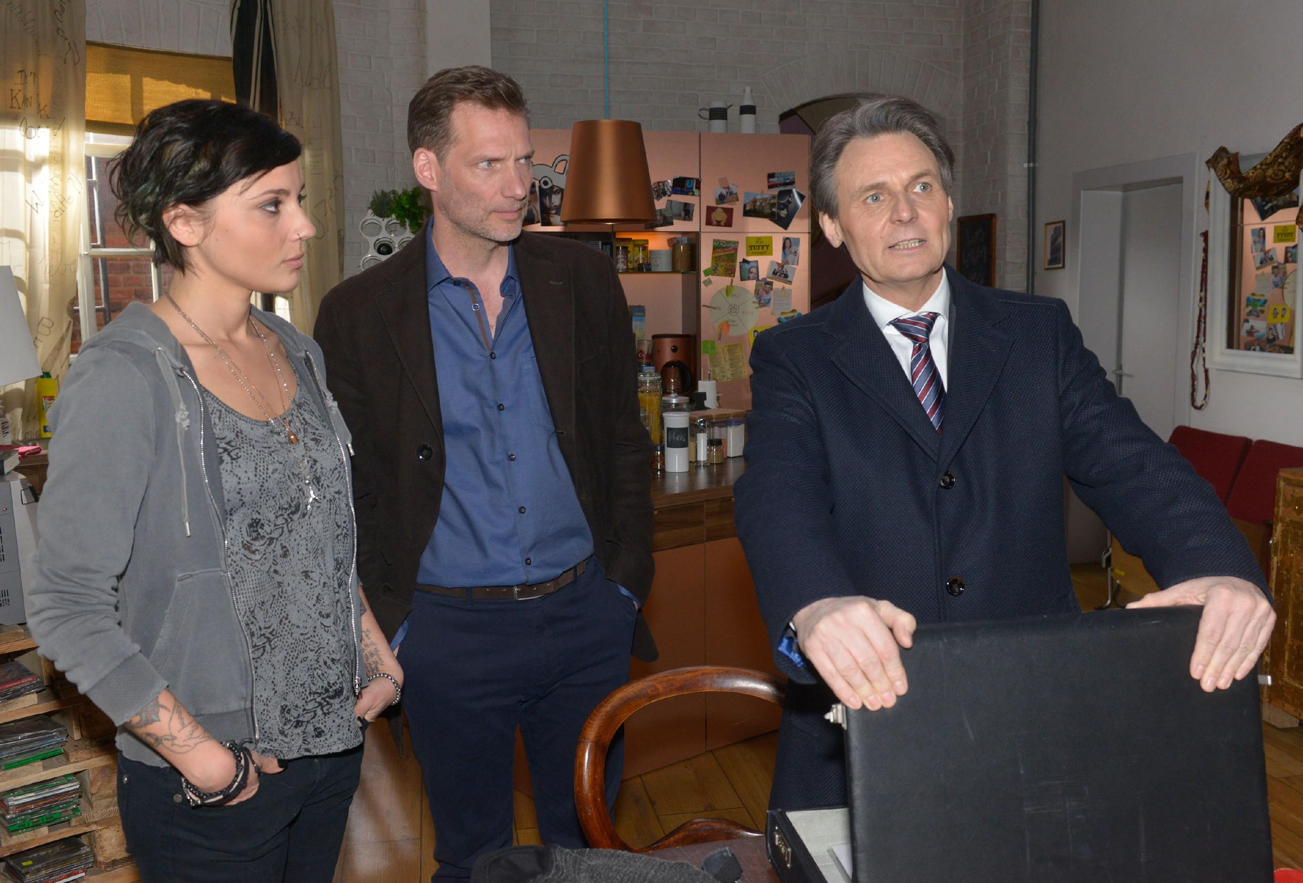 Gerner (Wolfgang Bahro, r.) versucht eine Absprache zwischen Anni (Linda Marlen Runge) und Alexander (Clemens Löhr) zu verhindern. (Quelle: RTL / Rolf Baumgartner)