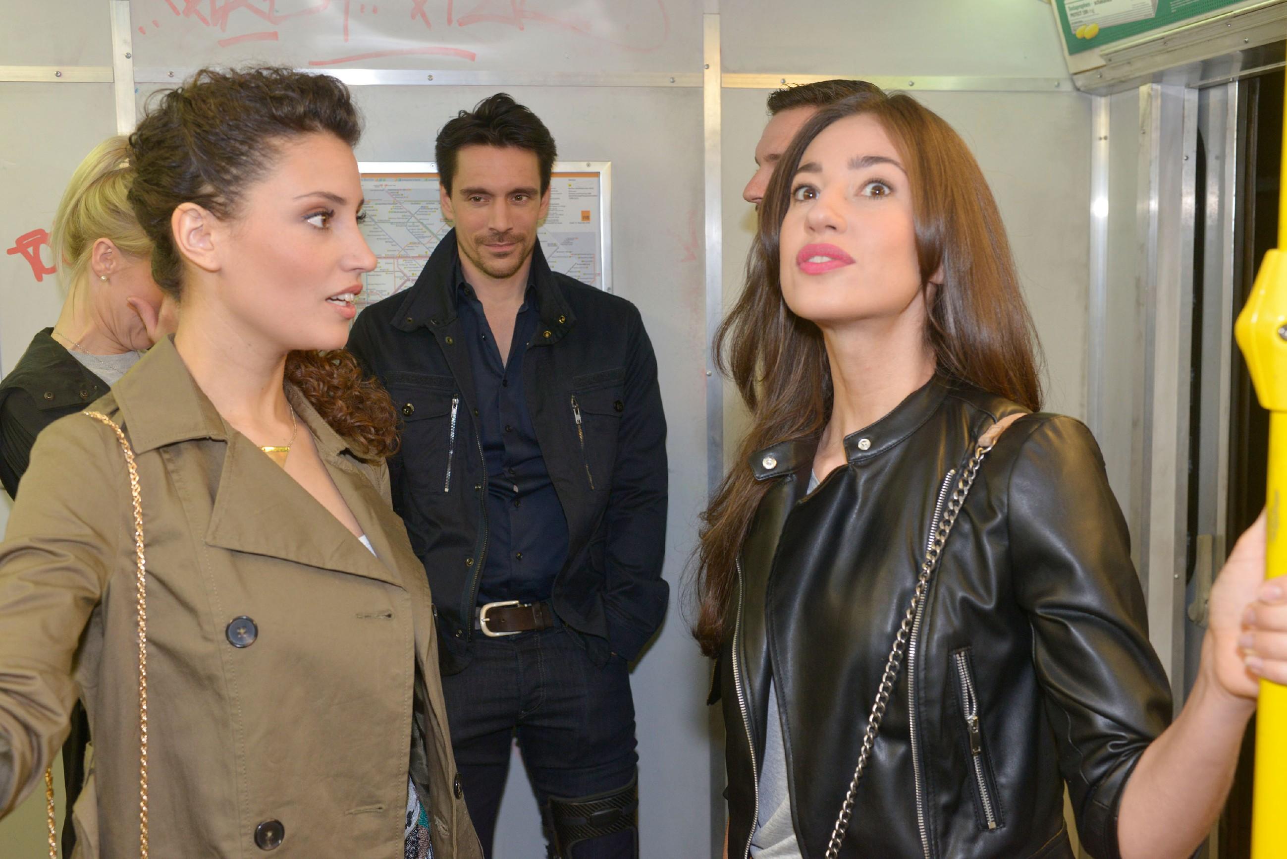 Ayla (Nadine Menz, l.) versucht vor Elena (Elena Garcia Gerlach) zu verbergen, dass sie an David (Philipp Christopher) interessiert ist. (Quelle: RTL / Rolf Baumgartner)