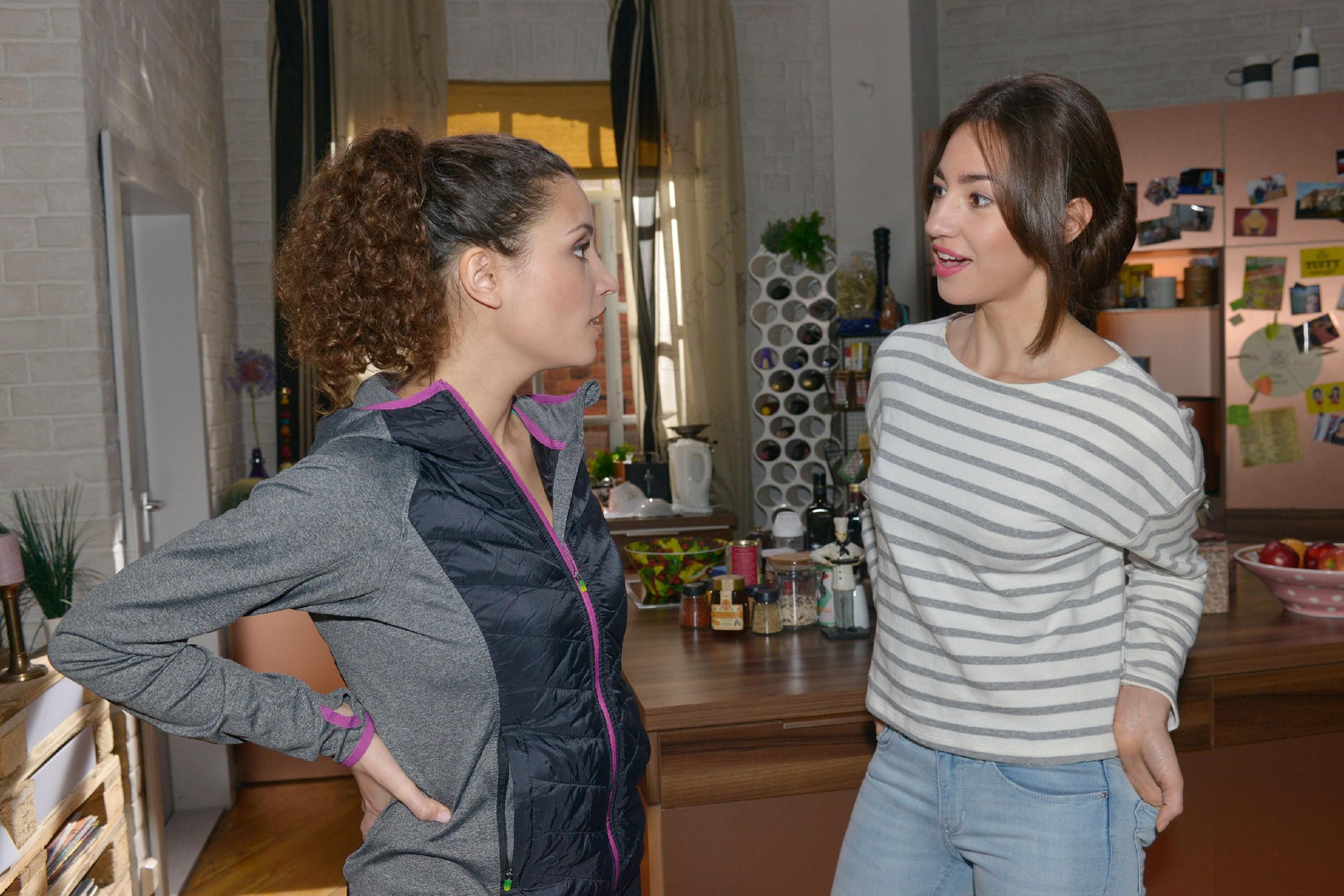 Ayla (Nadine Menz, l.) versucht ihr Interesse an David vor Elena (Elena Garcia Gerlach) herunterzuspielen. (Quelle: RTL / Rolf Baumgartner)