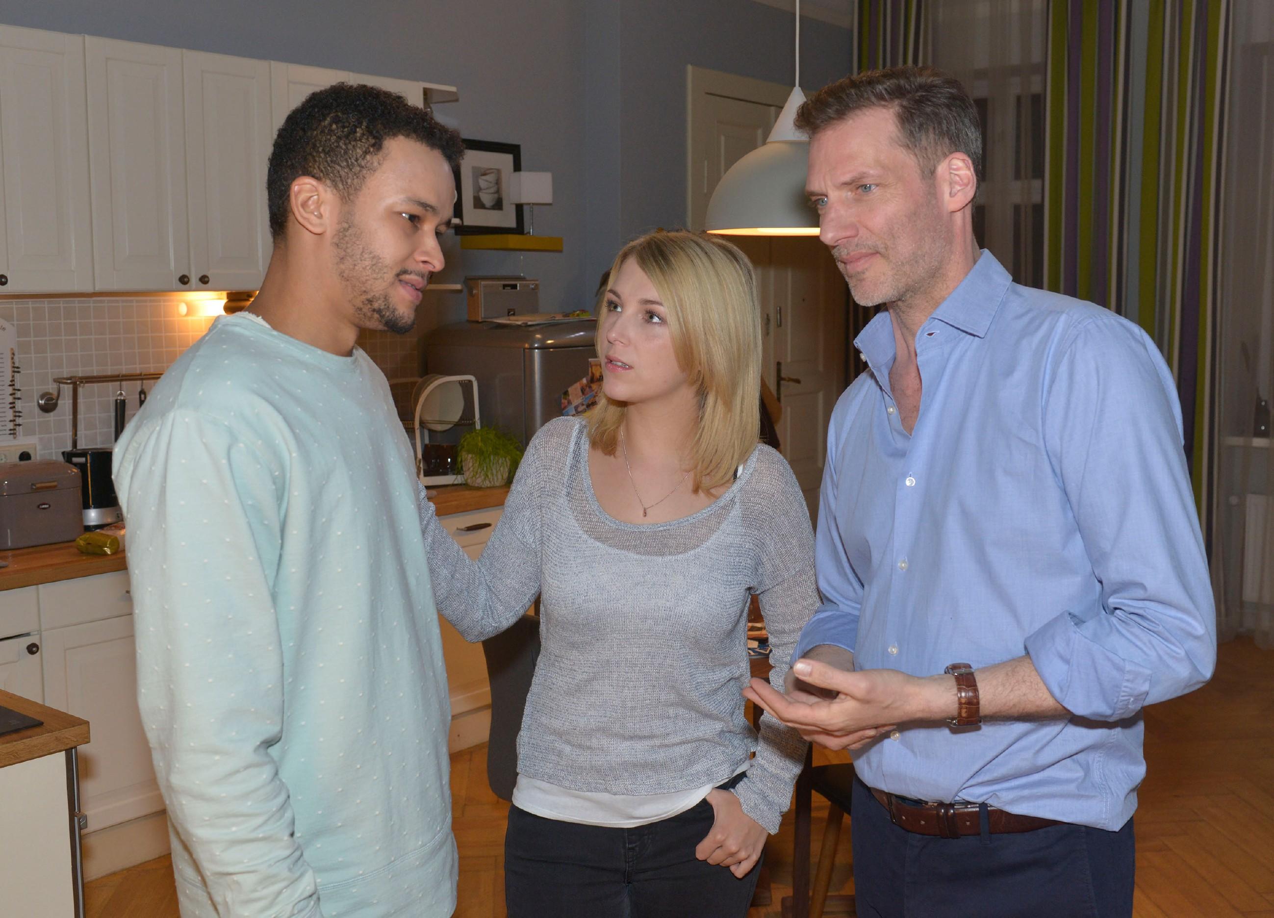 Alexander (Clemens Löhr, r.) versucht seinen Ärger auf Gerner vor Amar (Thando Walbaum) und Lilly (Iris Mareike Steen) zu verbergen. (Quelle: RTL / Rolf Baumgartner)