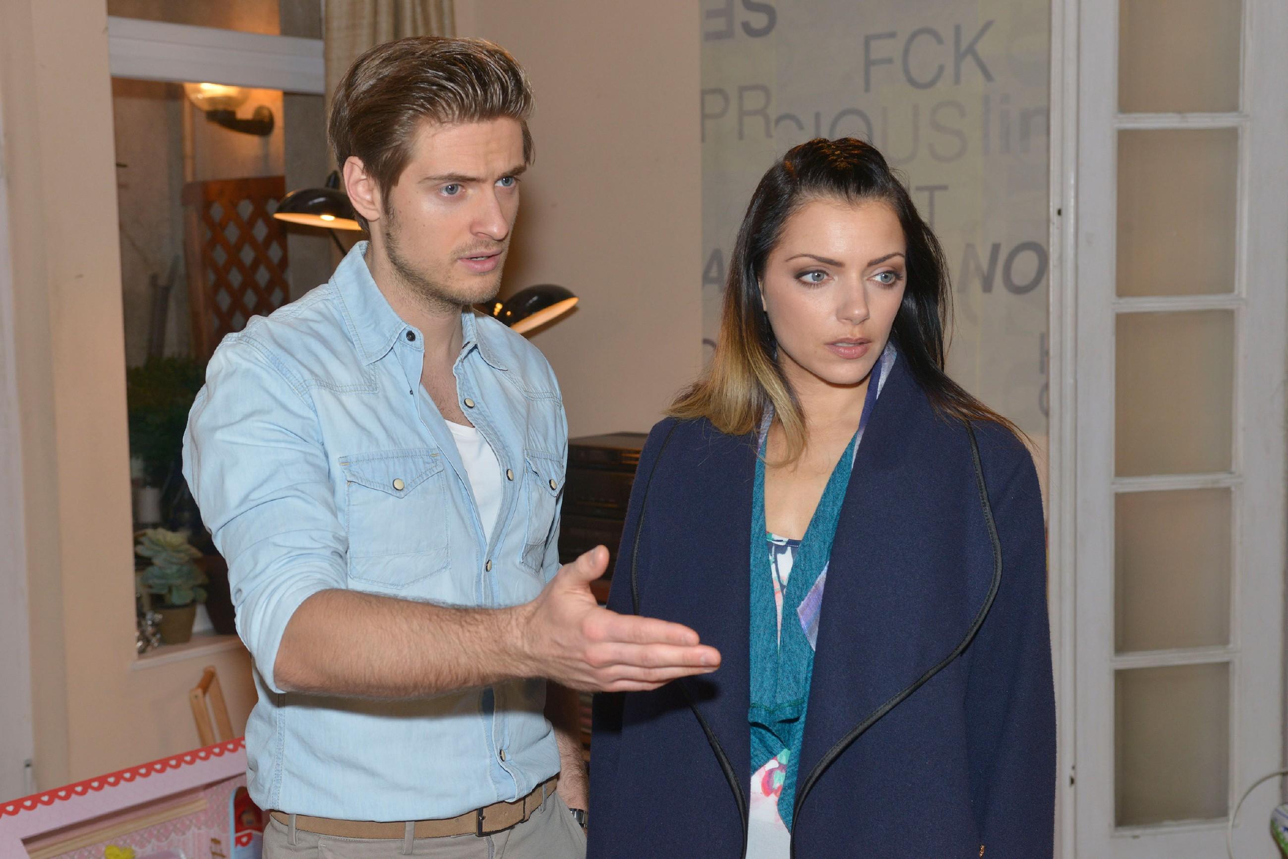 Philip (Jörn Schlönvoigt, l.) aund Emily (Anne Menden) beobachten das eigenartige Verhalten von Tayfun. (Quelle: RTL / Rolf Baumgartner)