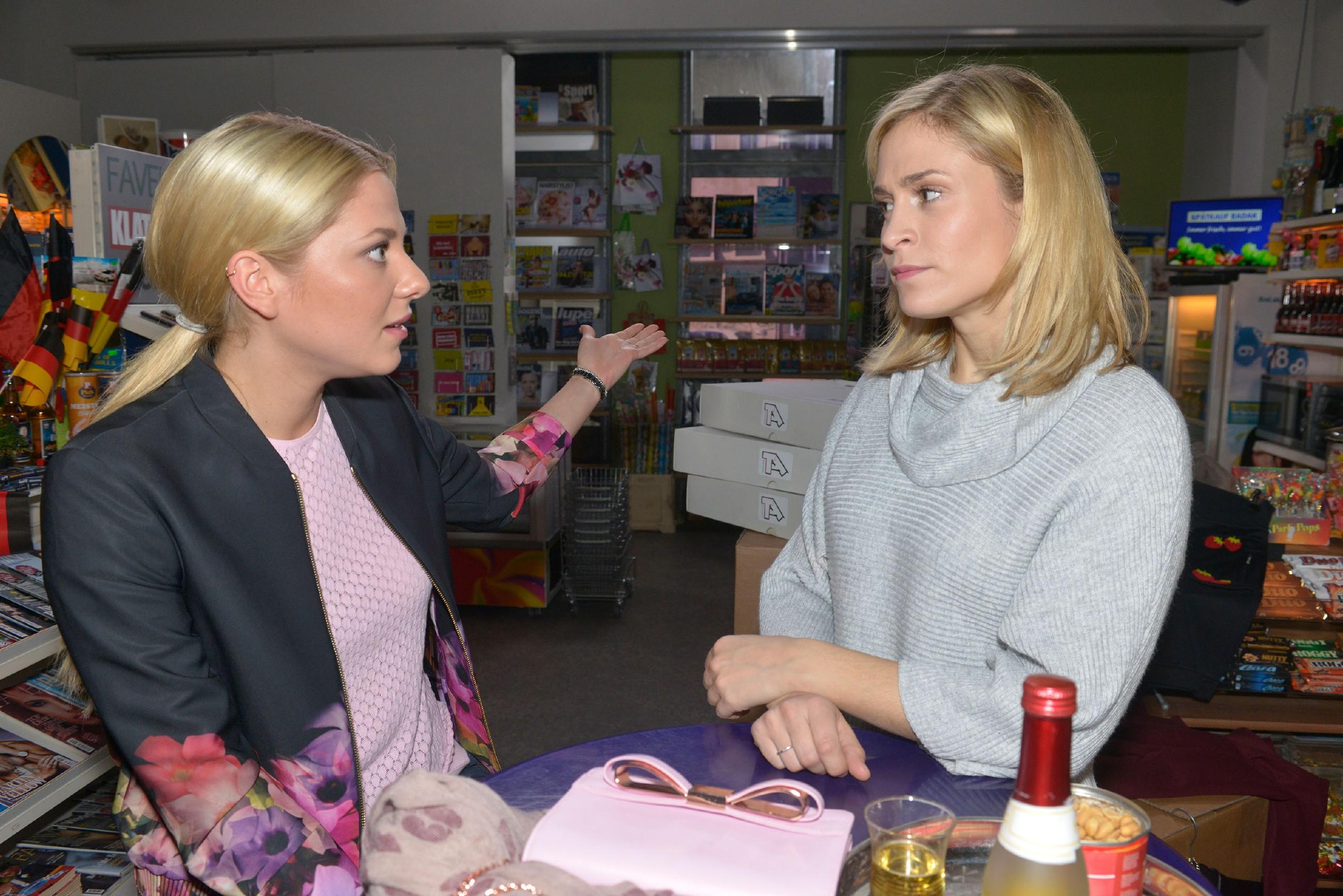 """Sunny (Valentina Pahde, l.) hat eine Idee, wie Sophie (Lea Marlen Woitack) den Verkauf der """"Tussi Attack""""-Mode ankurbeln könnte. (Quelle: RTL / Rolf Baumgartner)"""