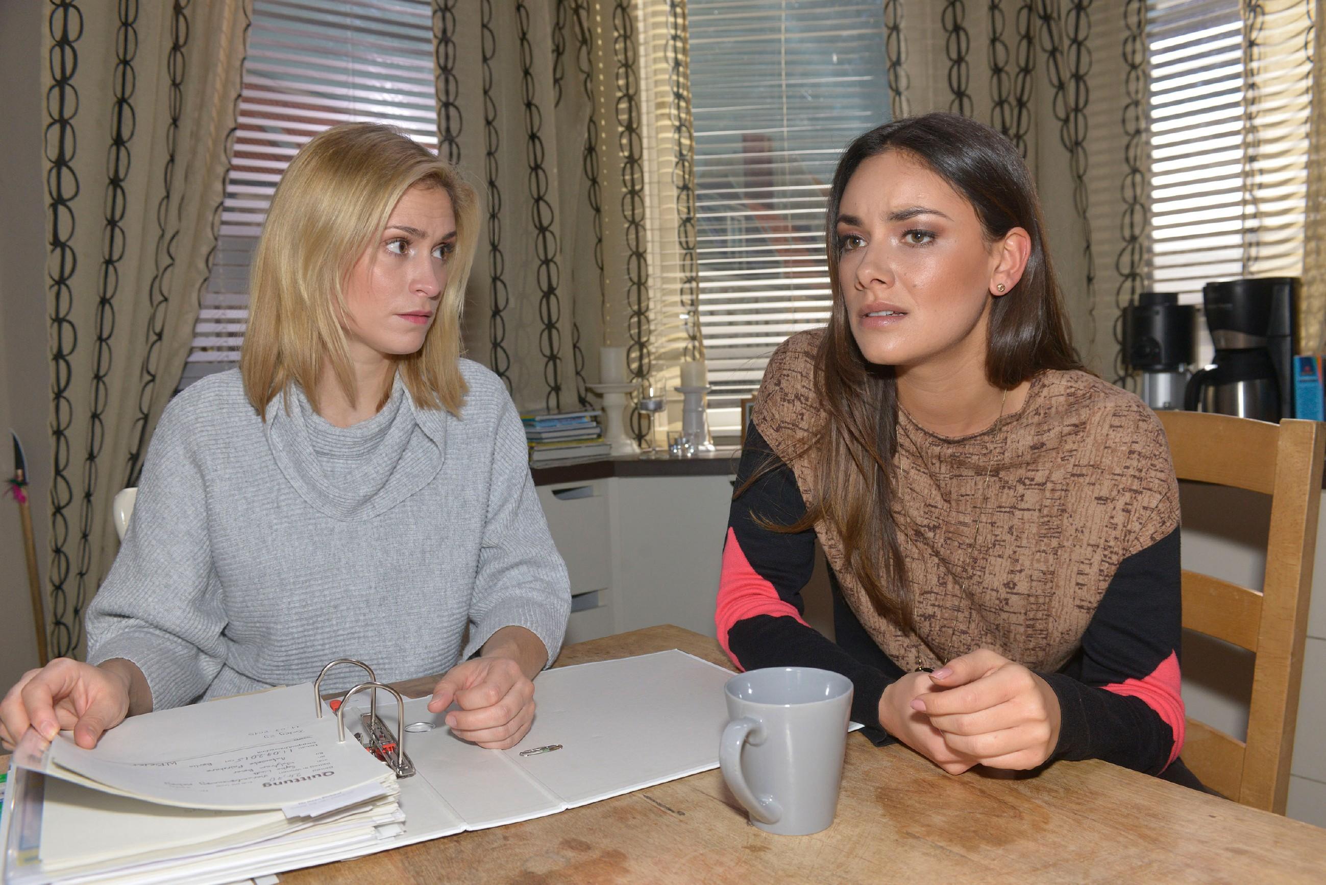 """Sophie (Lea Marlen Woitack, l.) und Jasmin (Janina Uhse) überlegen, wie sie """"Tussi Attack"""" retten können. (Quelle: RTL / Rolf Baumgartner)"""