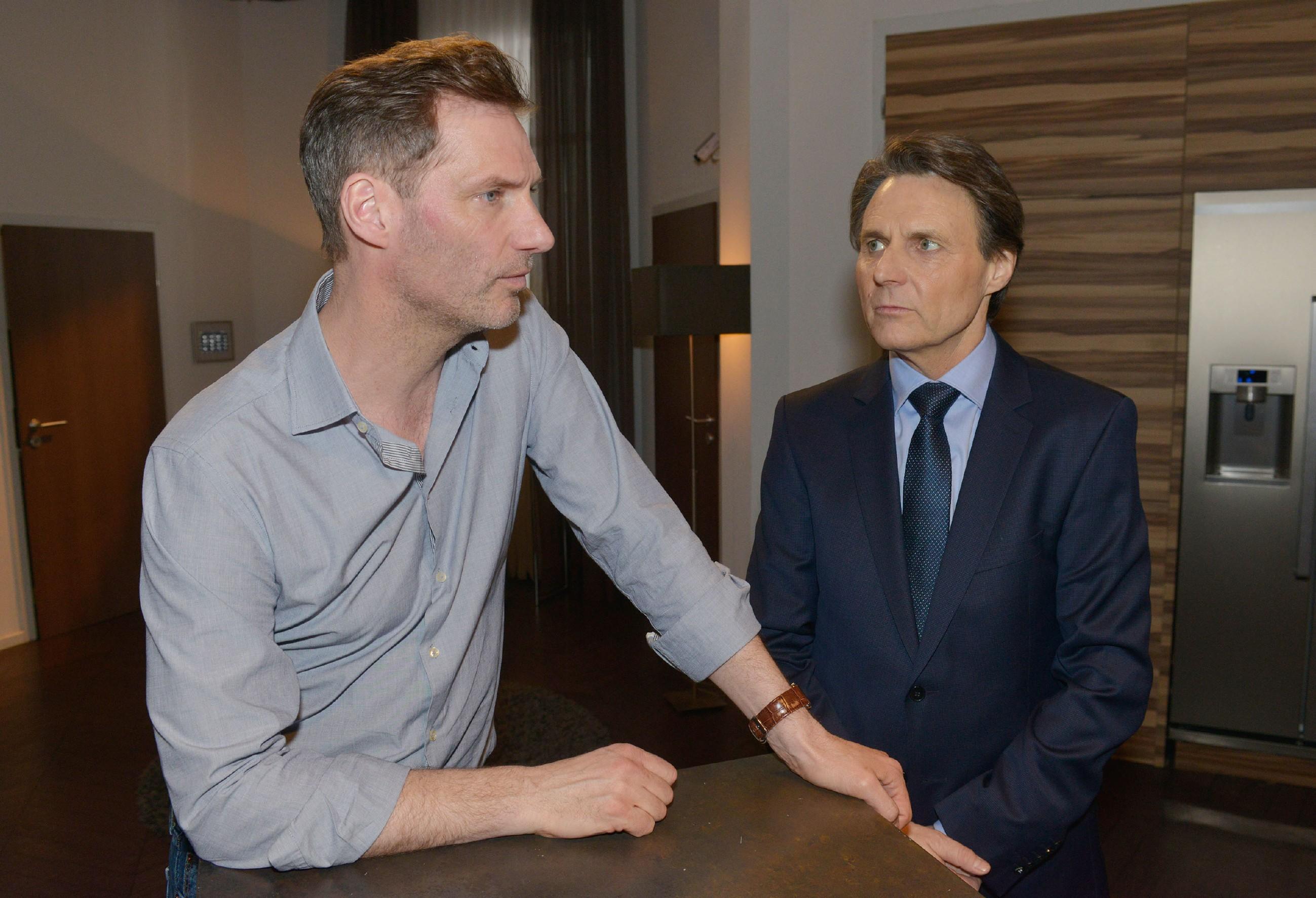 Alexander (Clemens Löhr, l.) ahnt, dass Gerner (Wolfgang Bahro) ihm etwas verheimlicht. (Quelle: RTL / Rolf Baumgartner)