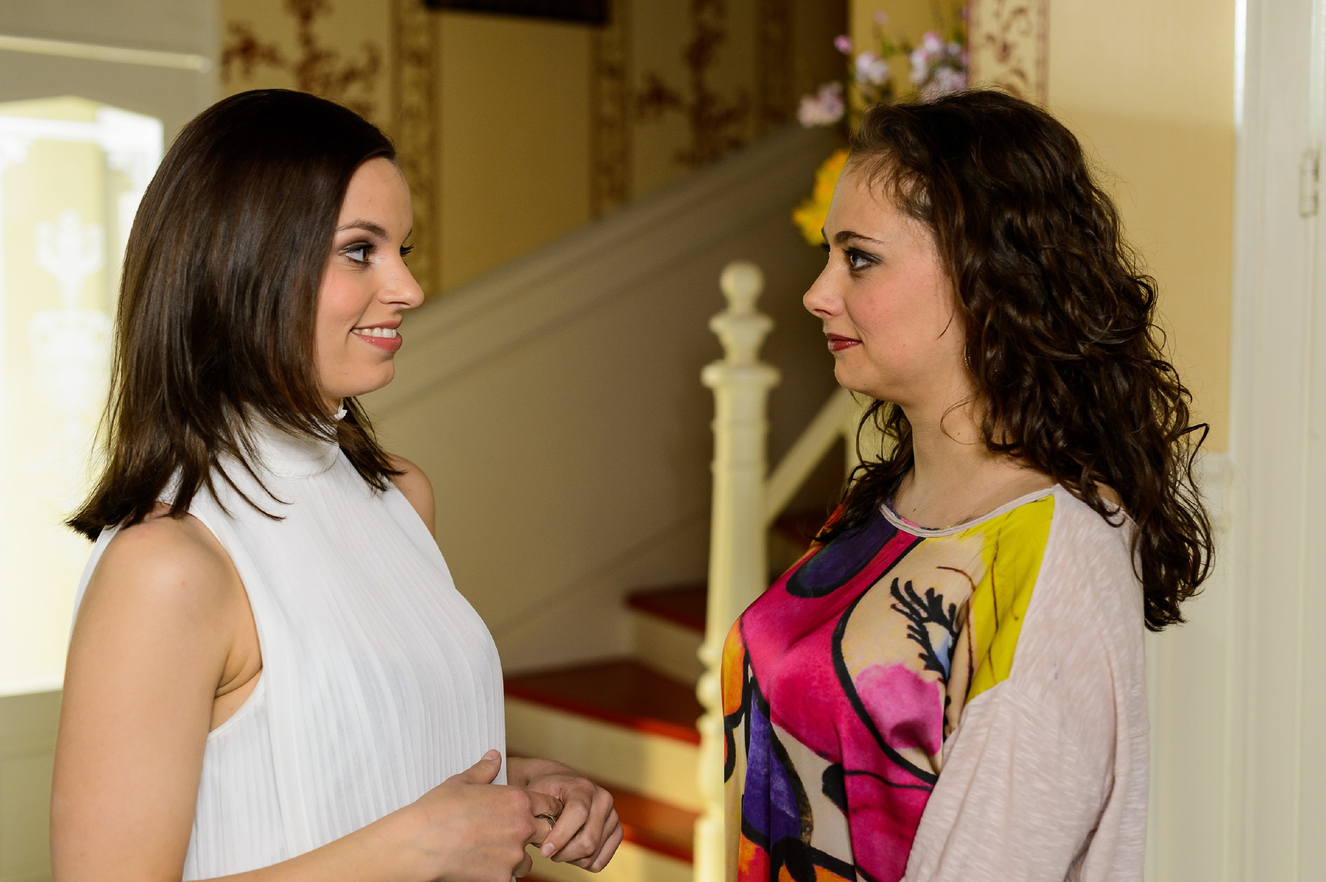 Carmen (Heike Warmuth, r.) versucht vor Michelle (Franziska Benz) zu verbergen, dass sie ihre Gefühle für Richard nicht in den Griff bekommt. (Quelle: RTL / Willi Weber)