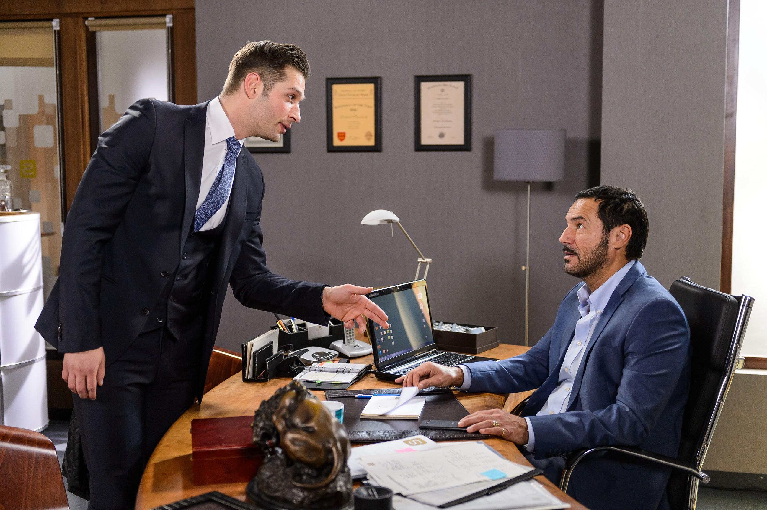 Deniz (Igor Dolgatschew, l.) kann nicht fassen, mit welcher Selbstverständlichkeit Richard (Silvan-Pierre Leirich) davon ausgeht, dass er sich erneut mit einem Jobversprechen abspeisen lässt und kündigt kurzerhand seinen Job als Marketing-Chef... (Quelle: RTL / Willi Weber)