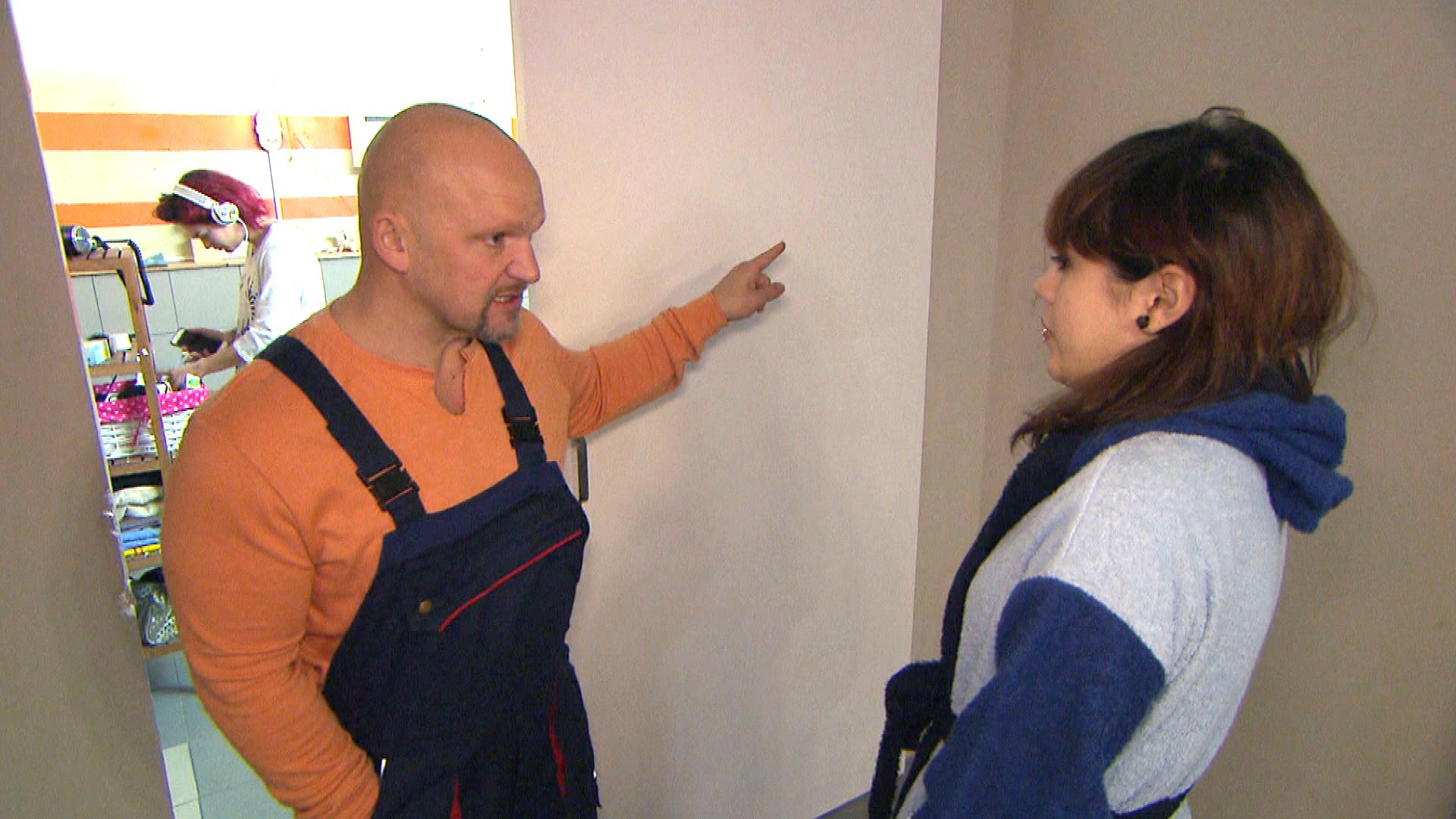 Joe wirft Aylin,re. im Streit an den Kopf, dass es ein Fehler war, sie aufzunehmen. (Quelle: RTL 2)