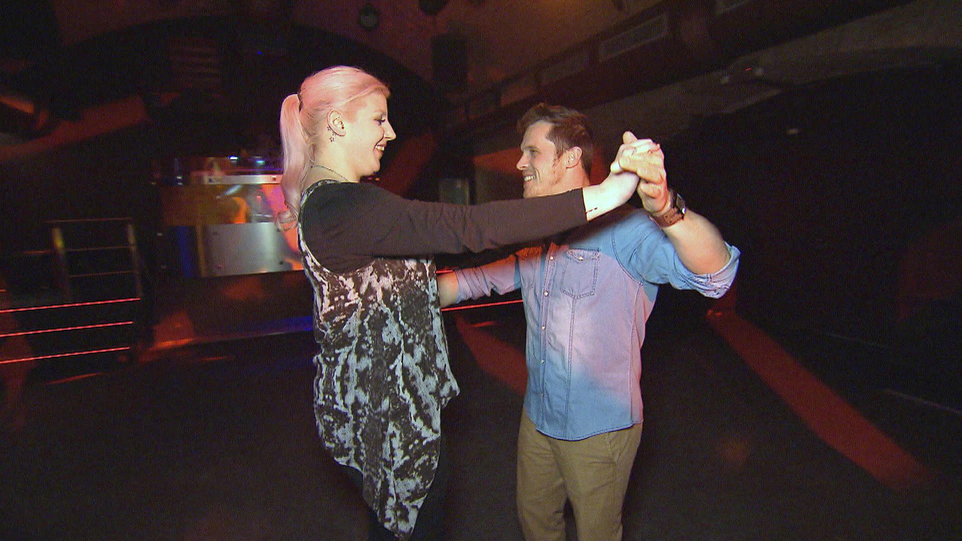 Ein von Basti,re. arrangierter Tanzkurs für die Hochzeit wird für Paula,li. zum Desaster. (Quelle: RTL 2)