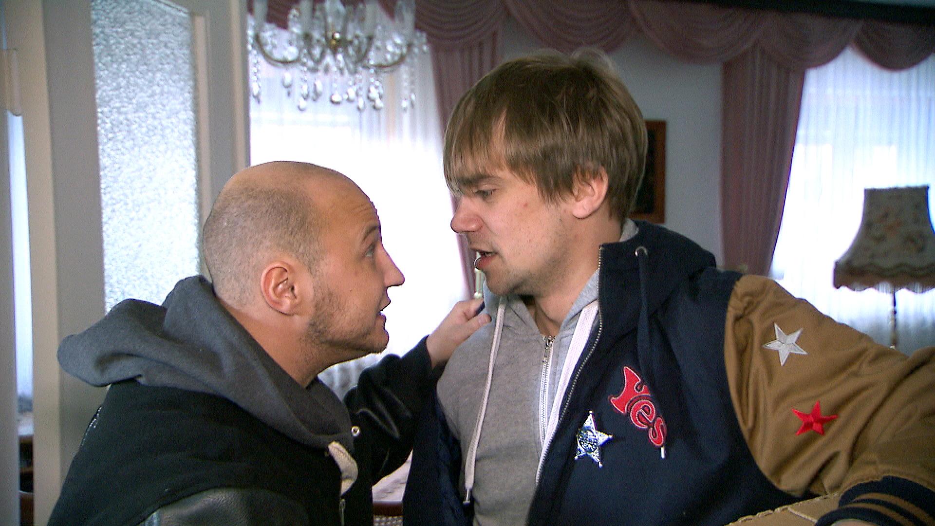 Krätze,li, Schmidti,re. Schmidti hat seit dem Wochenende mit fiesen Hämorrhoiden zu kämpfen. Doch aus Scham scheut er einen Arztbesuch. (Quelle: RTL 2)