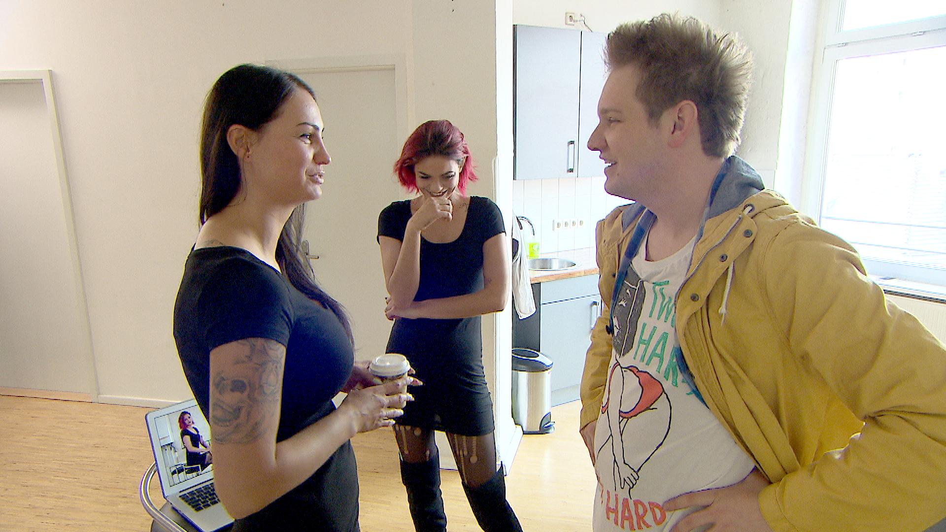 Als Ole,re. mitkriegt, wie heiß Jessicas,Mi. Kollegin Ginger,li., ist, will er unbedingt ein Date mit dem Model. (Quelle: RTL 2)