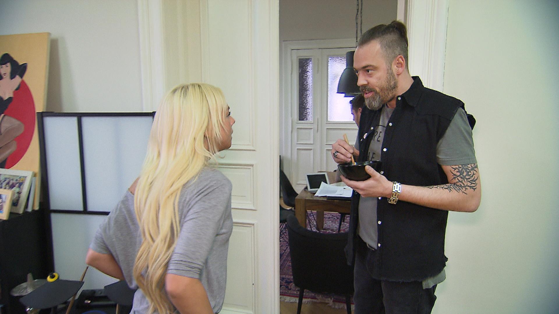 Peggy,li., ärgert sich über Theos,re., Macho-Allüren und ist froh, dass sie im Augenblick keinen Mann hat. (Quelle: RTL 2)