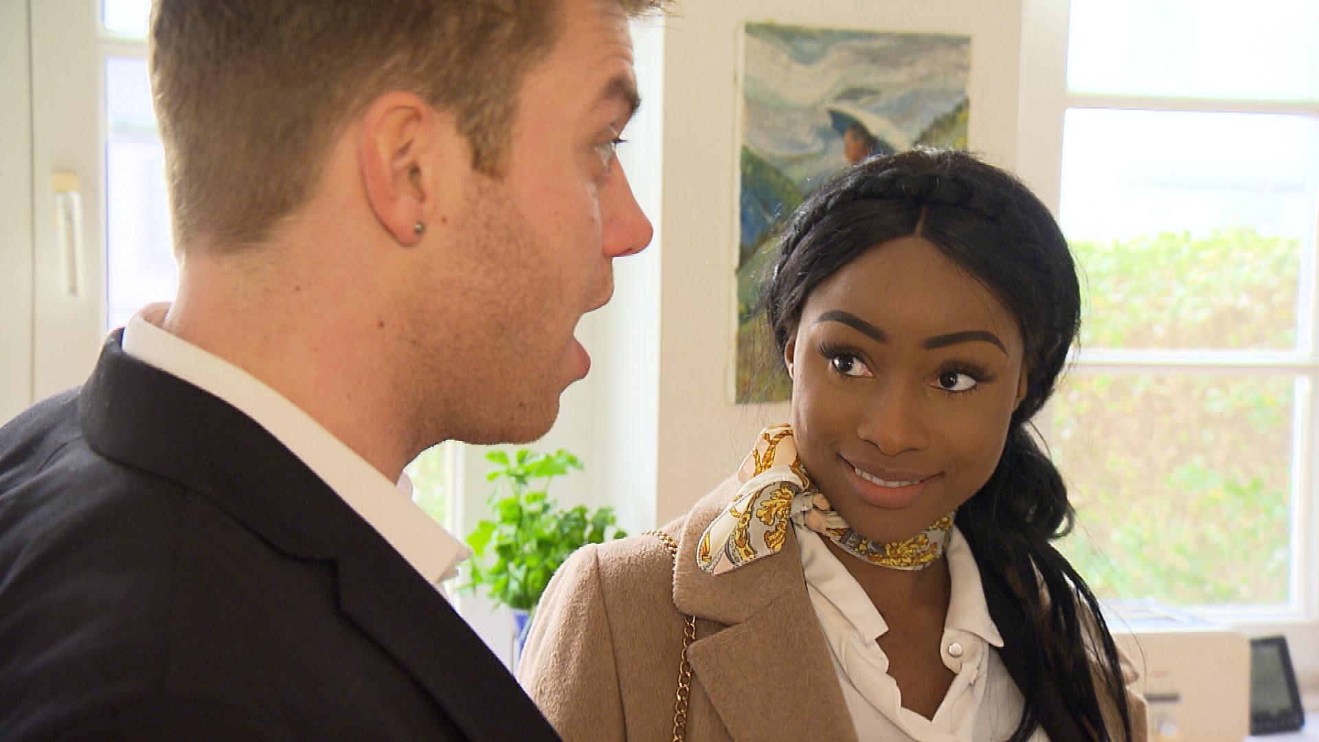 Michelle hat eine Immobilienanzeige ins Auge gefasst, bei der ausdrücklich Pärchen erwünscht sind. Da das Haus perfekt für die WG wäre, beschließen sie und Felix, bei der Besichtigung das gut betuchte Pärchen zu mimen, um die Chance auf das Haus zu erhöhen. (Quelle: RTL 2)