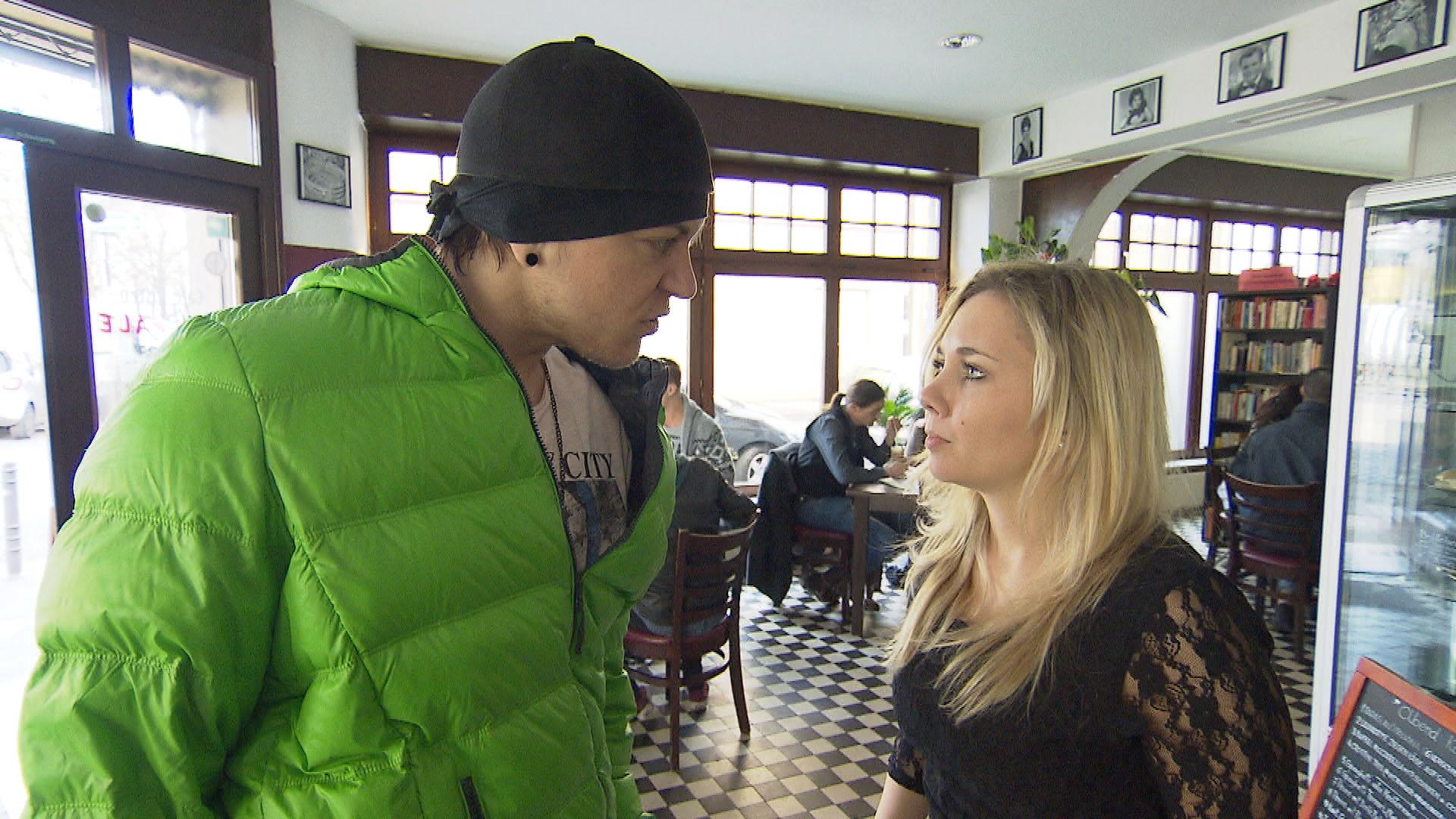 Kevin,li. ist enttäuscht, als Chantal,re., nicht mit ihm, sondern lieber mit Klassenkameraden lernen möchte. (Quelle: RTL 2)