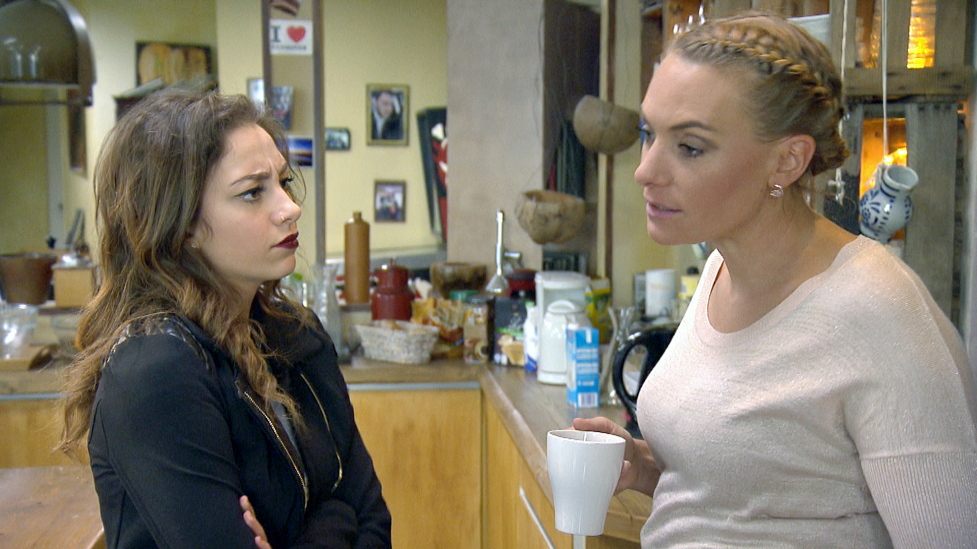 Inka,li., offenbart Elli,li., dass sie vielleicht aus Köln wegziehen werde. (Quelle: RTL 2)
