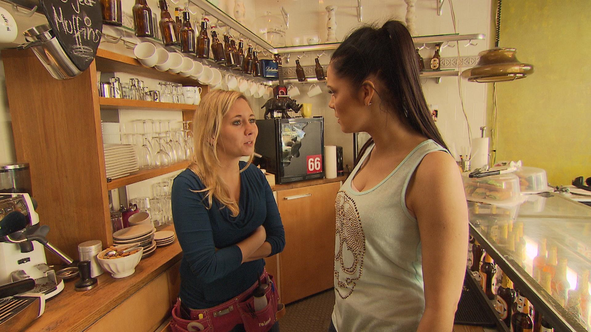 Chantal erkennt nach dem gestrigen Streit mit Kevin, dass sie durch ihre muffelige Art häufig Kunden vergrault – im Gegensatz zur immer strahlenden Yvonne. (Quelle: RTL 2)