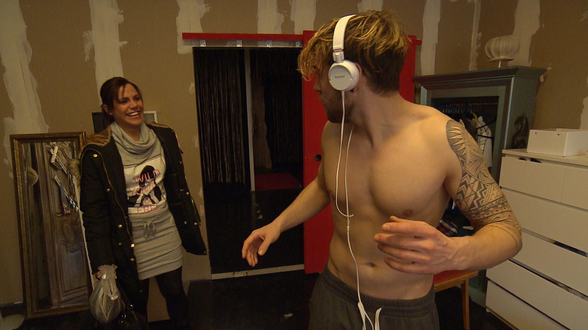 Chris reagiert seinen Frust über Anna ab und manövriert sich dadurch in eine peinliche Situation mit Sophia. (Quelle: RTL 2)